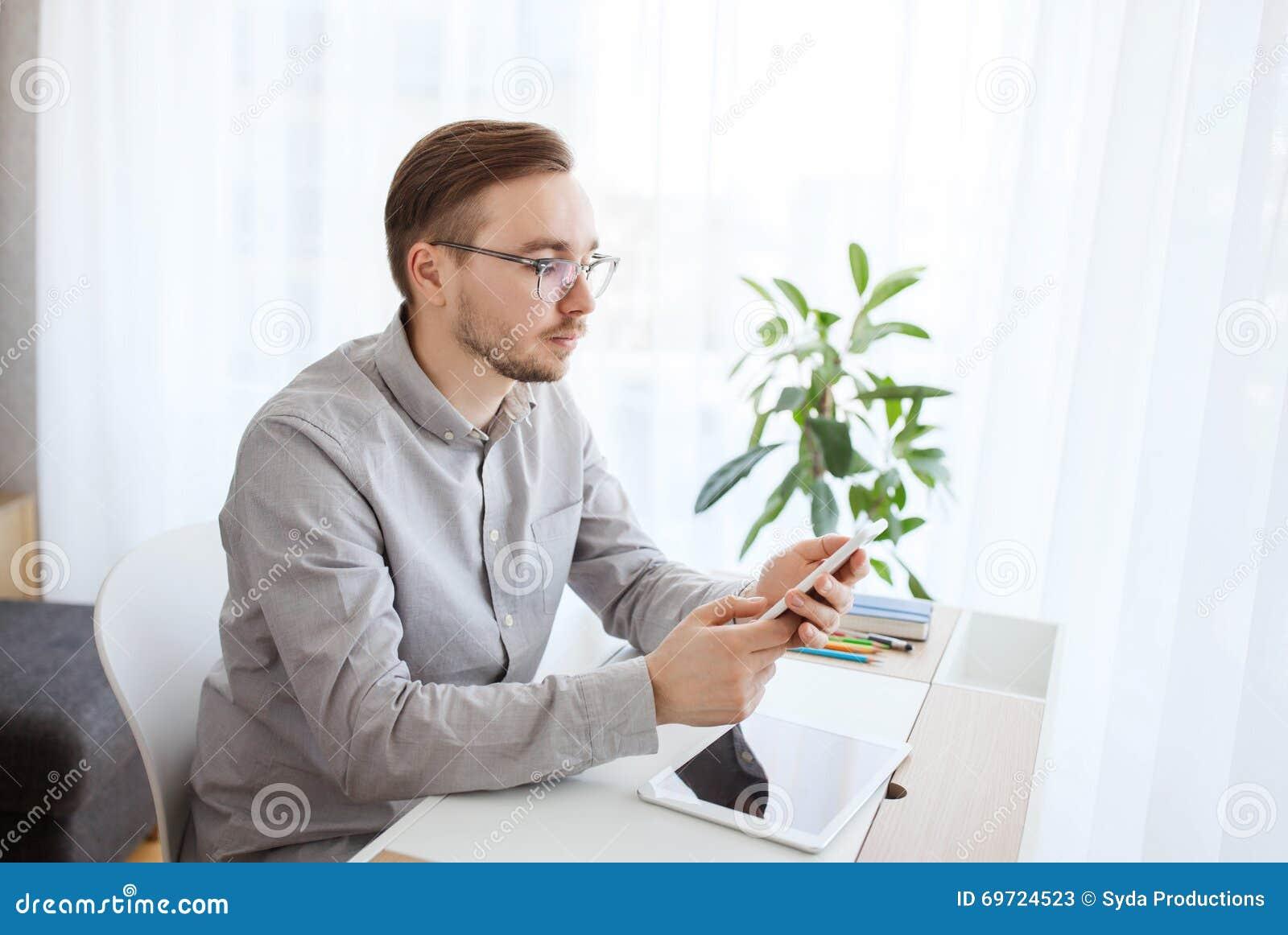 Oficinista de sexo masculino creativo que manda un sms en for Que es un oficinista