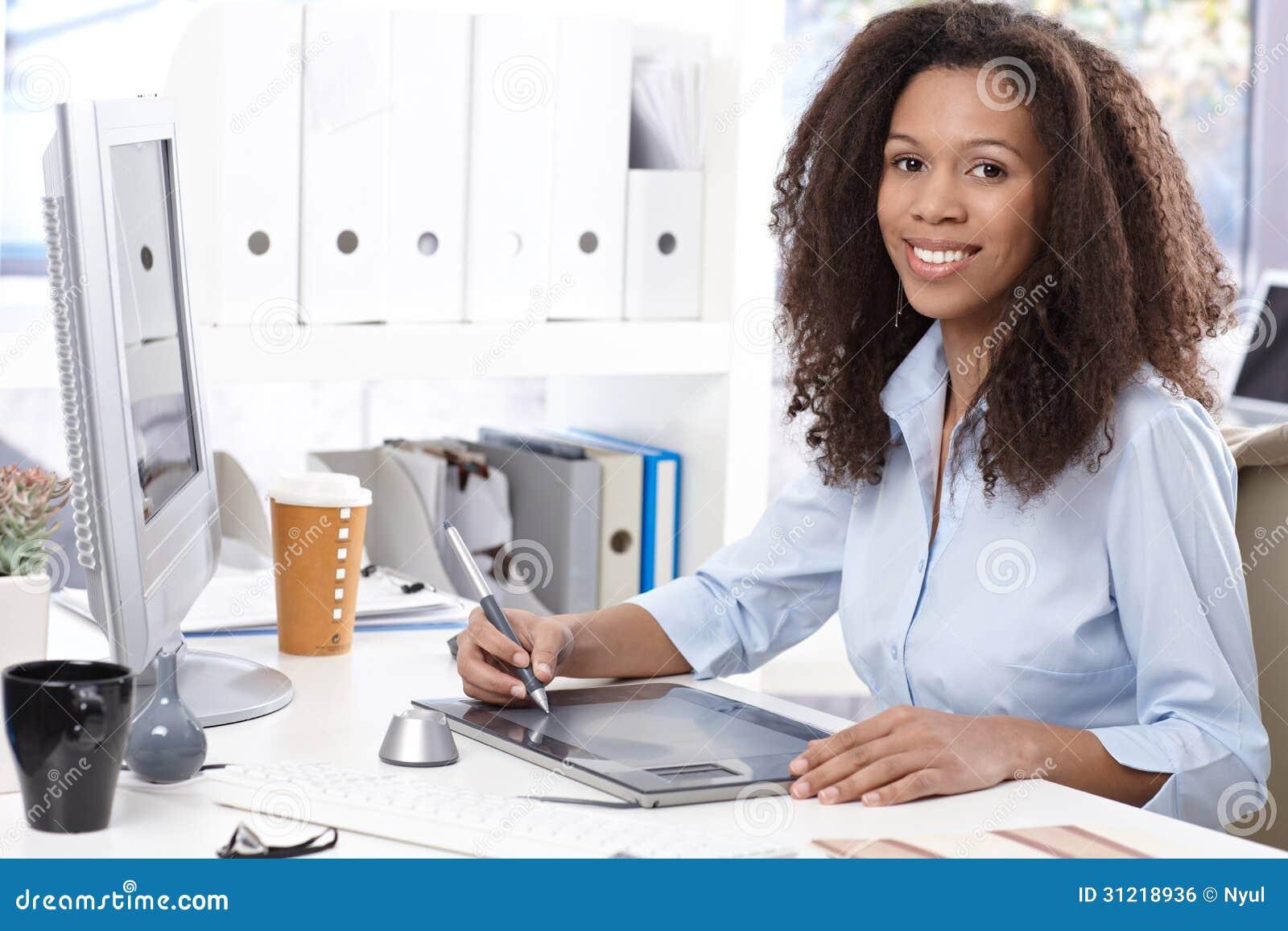 Oficinista sonriente con la tabla de dibujo imagen de for Follando a la oficinista