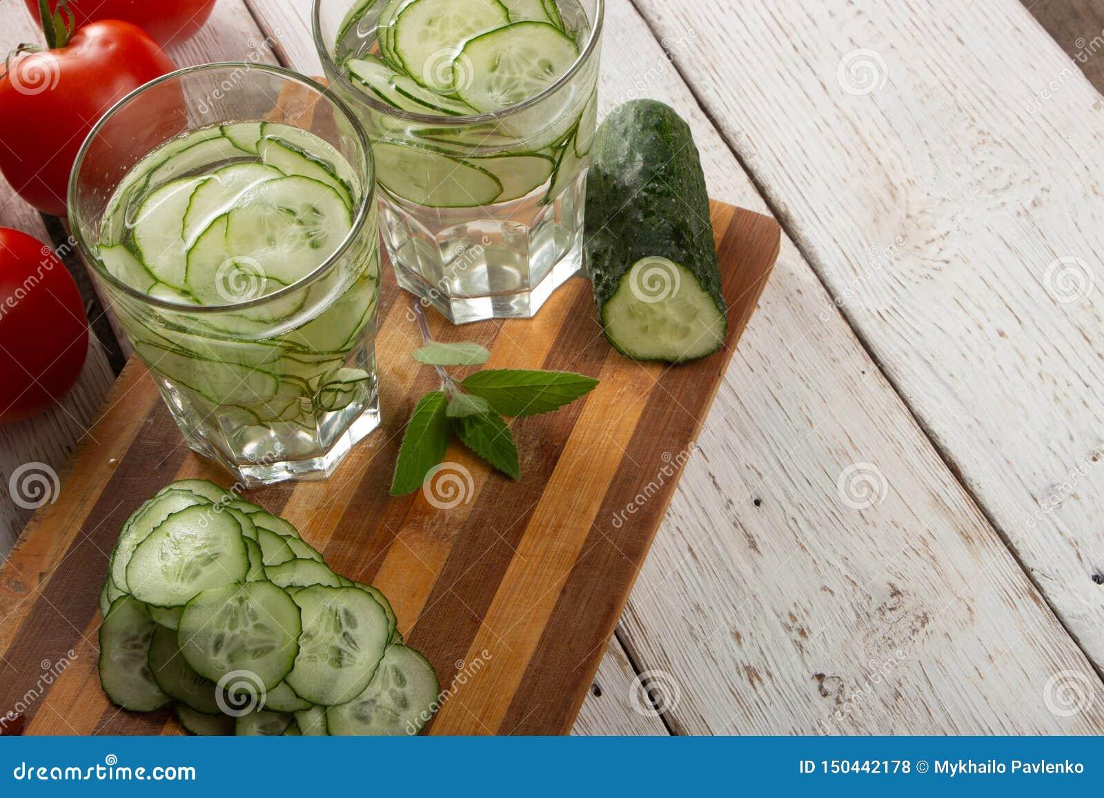 Ogórek woda, czyści wodę detoxify ciało i quench pragnienie na białym tle