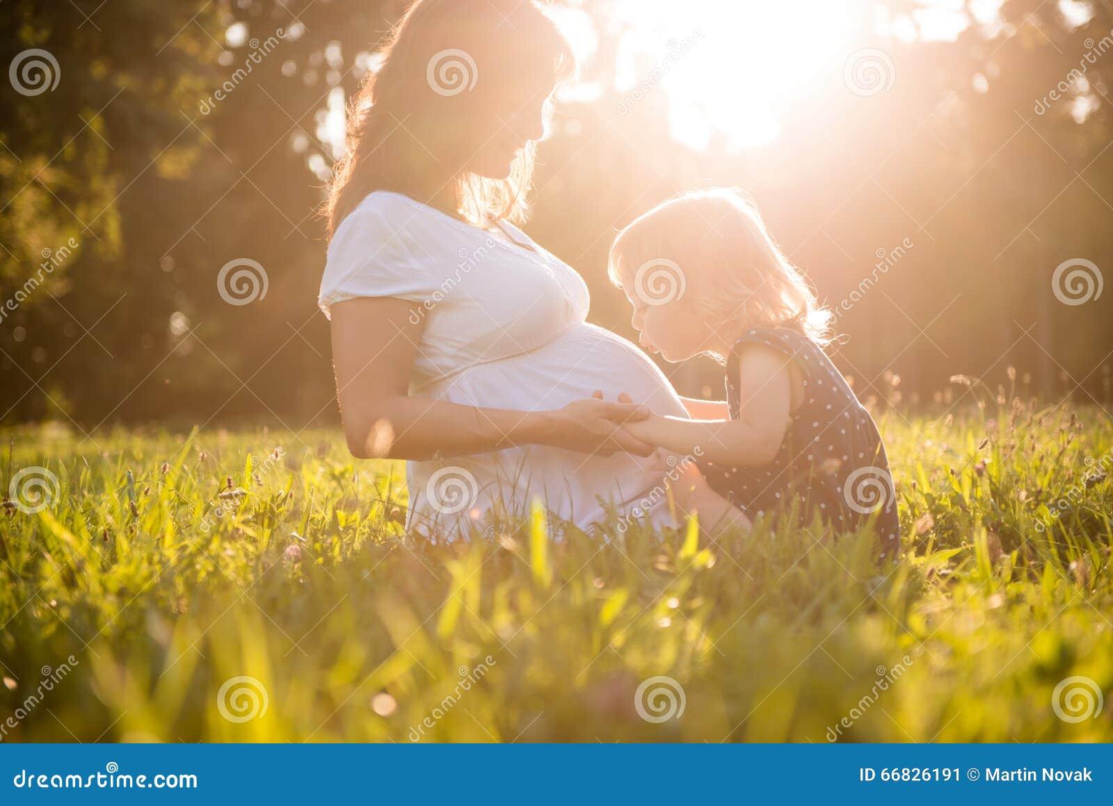 孕妇照片肚子图_亲吻腹部og怀孕的母亲的孩子 库存照片 - 图片