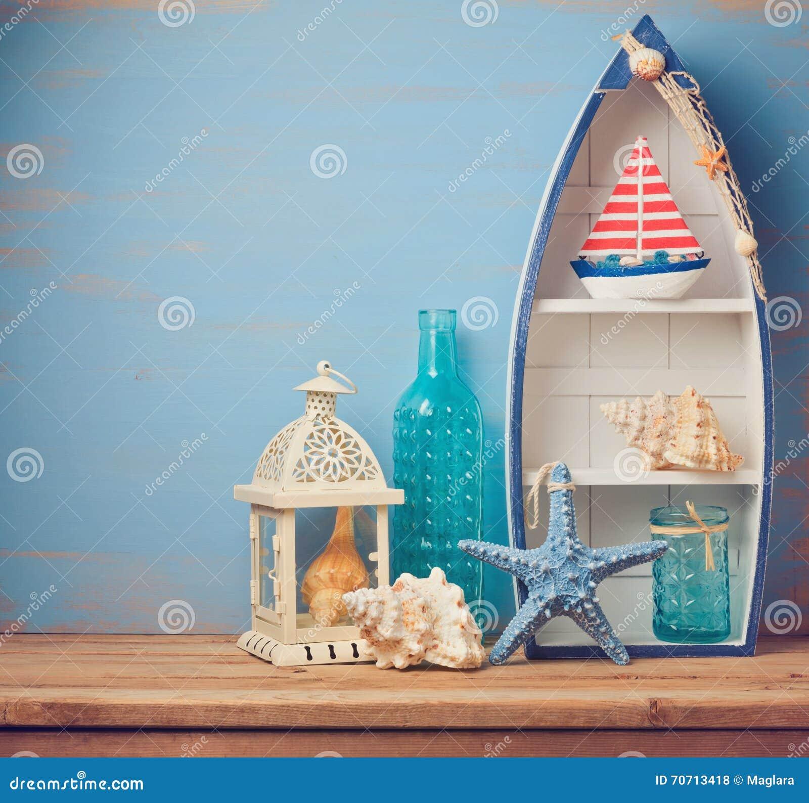 oggetti della decorazione della casa di estate sulla