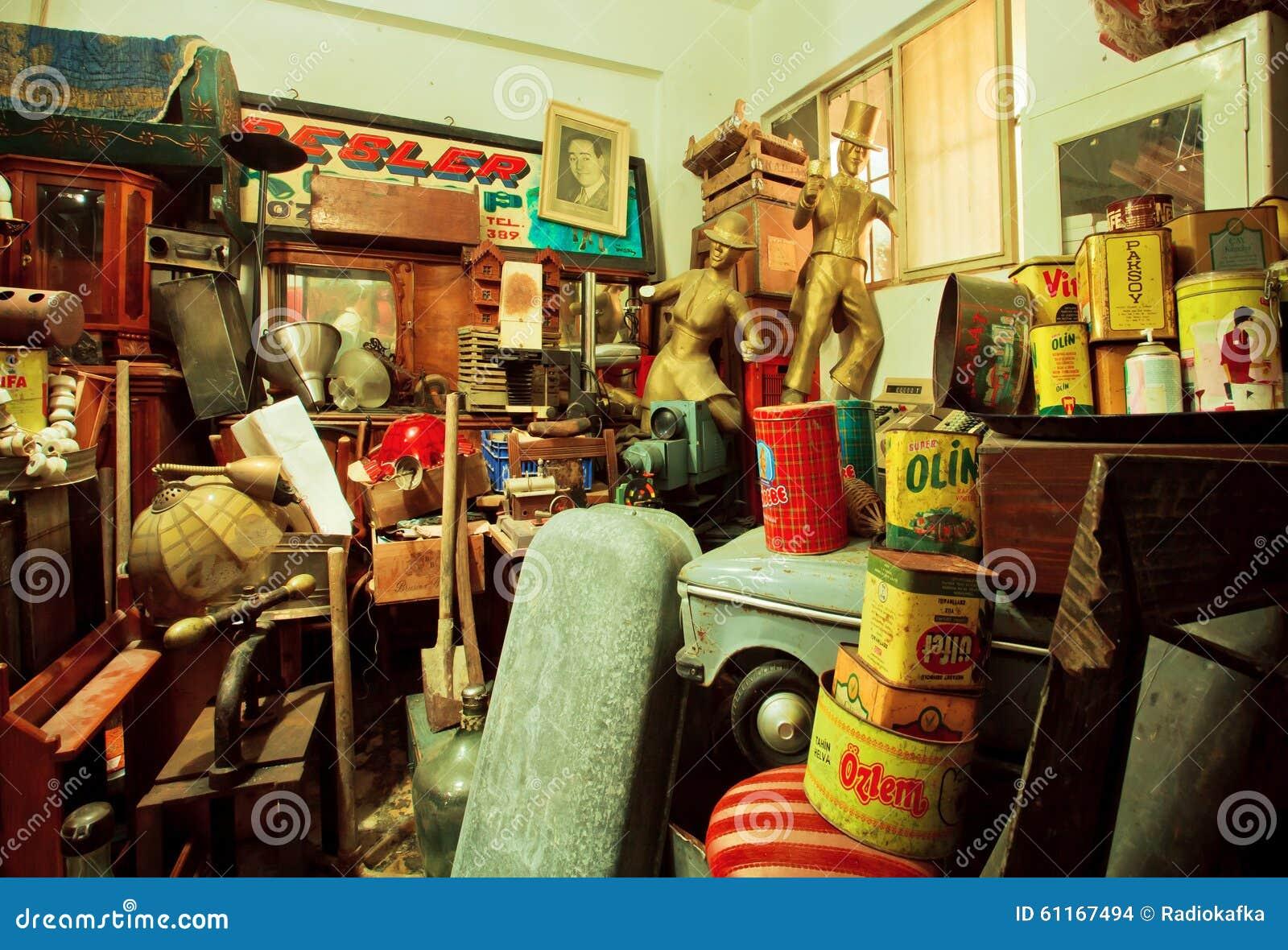 Oggetti ed oggetti d 39 antiquariato di arte nel deposito for Mobilia secondamano