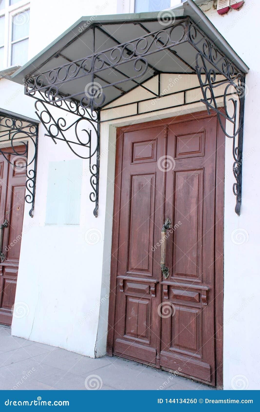 Oggetto d antiquariato, porta, rosso, città, architettura, visiera forgiata, portico Fine del XIX secolo