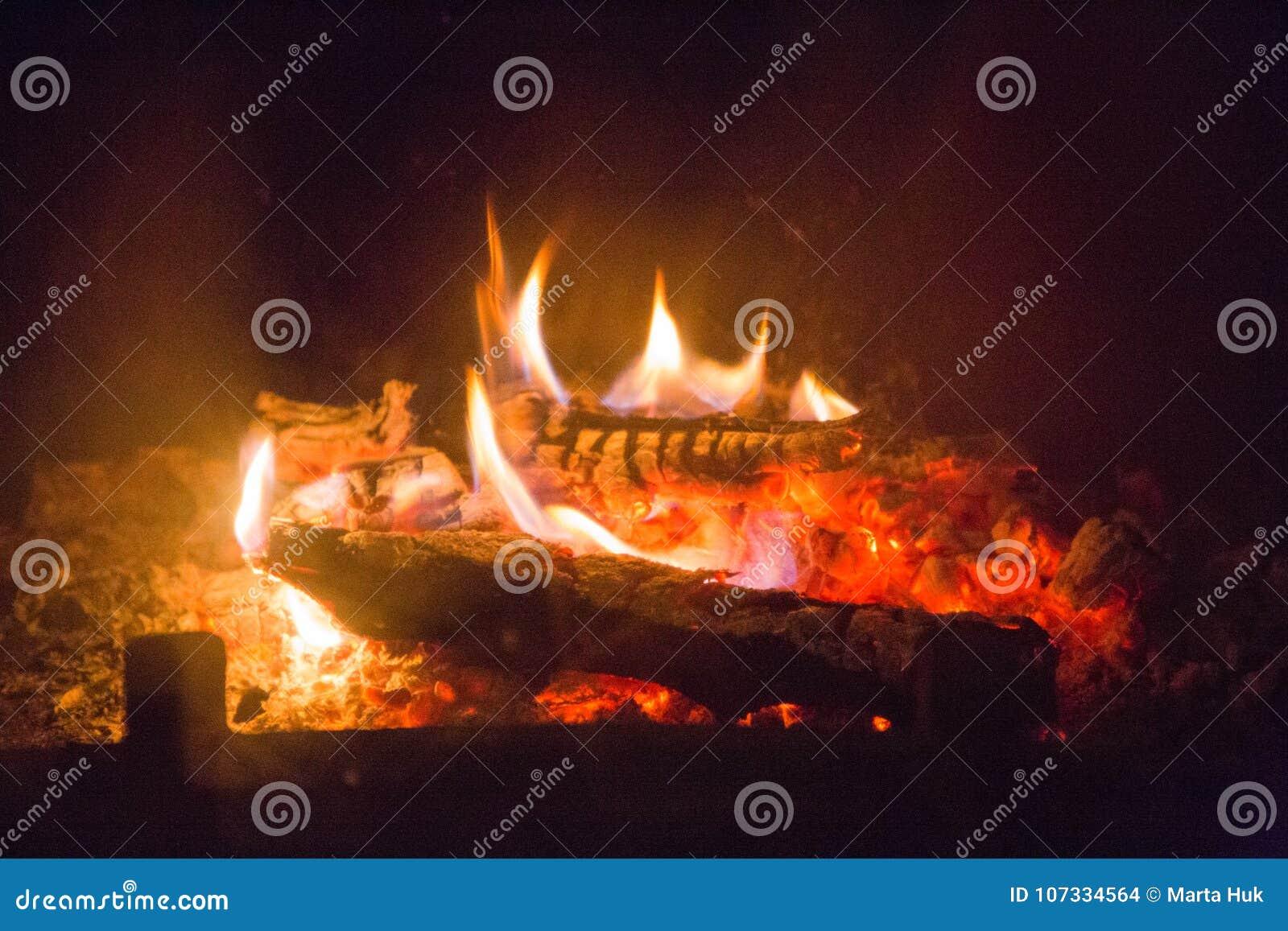 Ogień płonie z popiółem w grabie