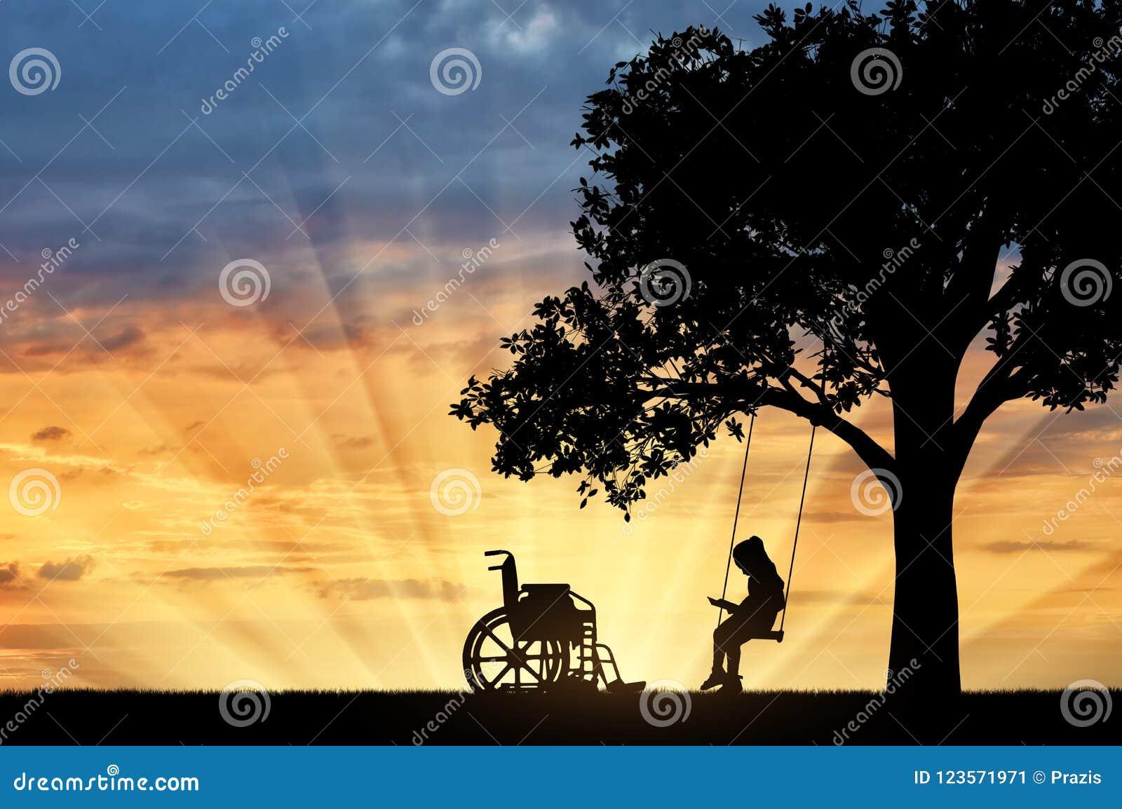 Ogiltigt sammanträde för flickaskolflicka på en gunga under ett träd som läser en bok, bredvid en rullstol