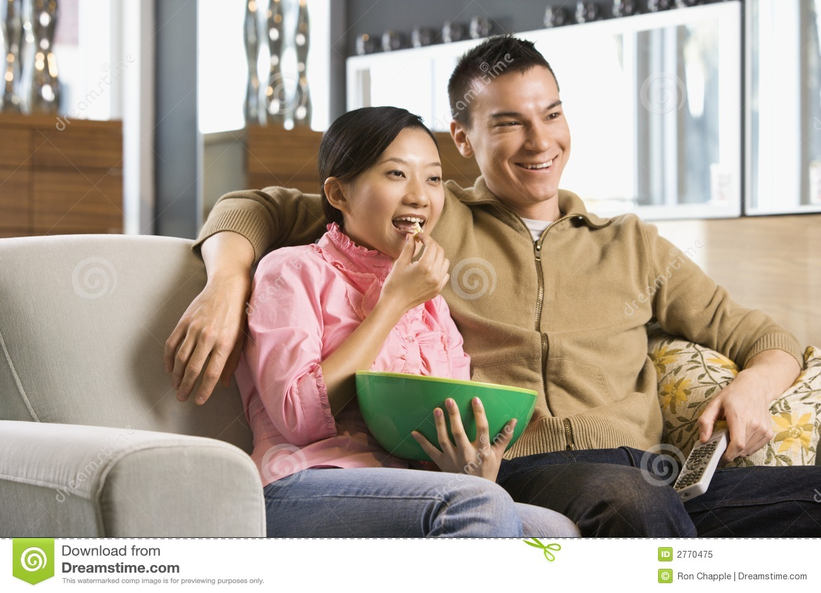 Oglądając telewizję parę