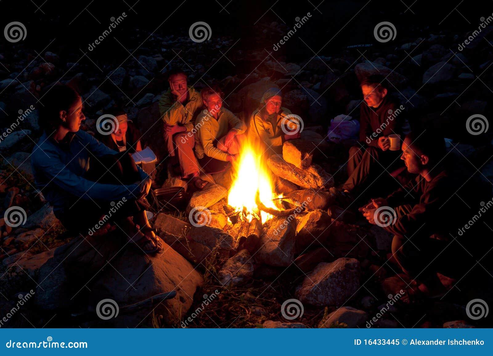 Ognisk ludzie lasowi pobliski