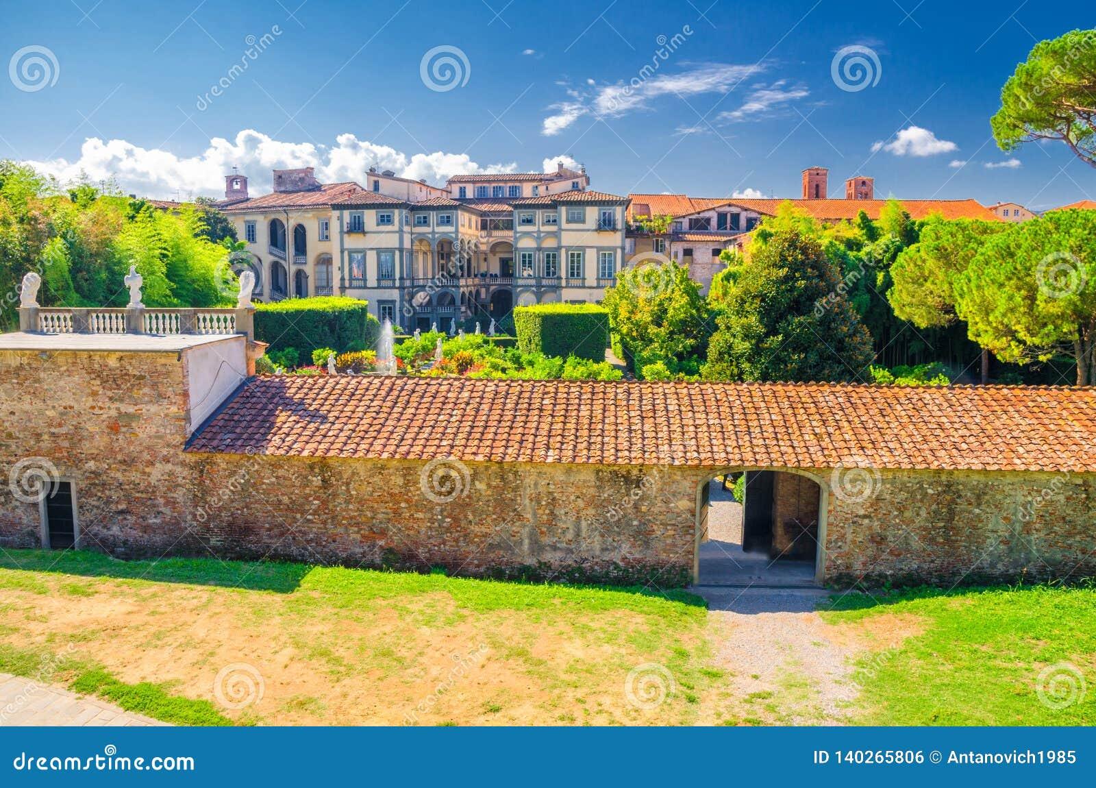 Ogródy Palazzo Pfanner pałac w dziejowym centre średniowieczny grodzki Lucca