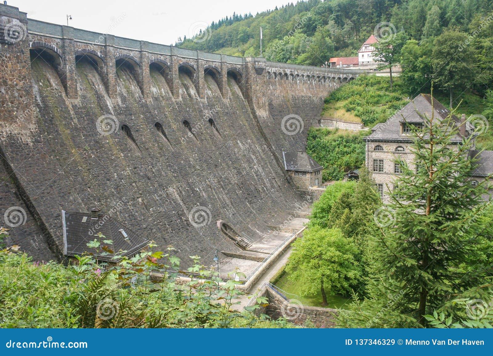 Ogrobla «Diemeltalsperre «i hydroelektryczną elektrownię Helminghausen w Sauerland, Niemcy
