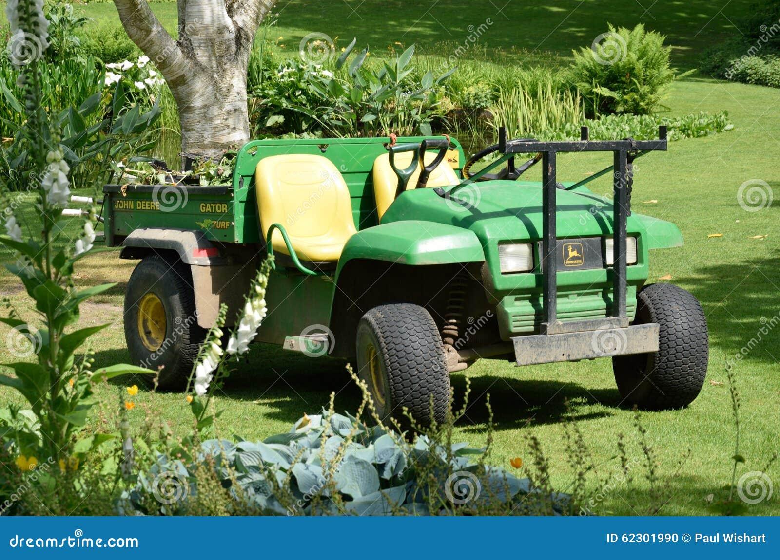 Ogrodniczy ciągnik w ogródzie