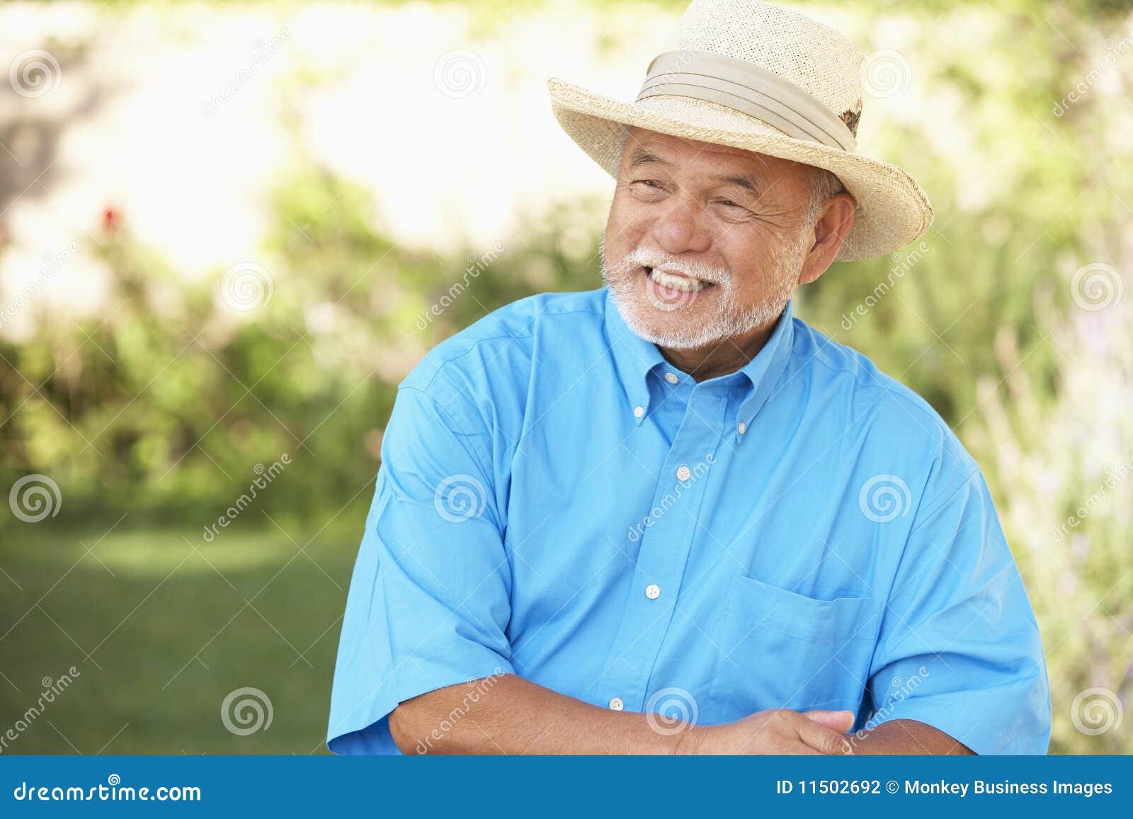 Ogrodowego mężczyzna relaksujący senior
