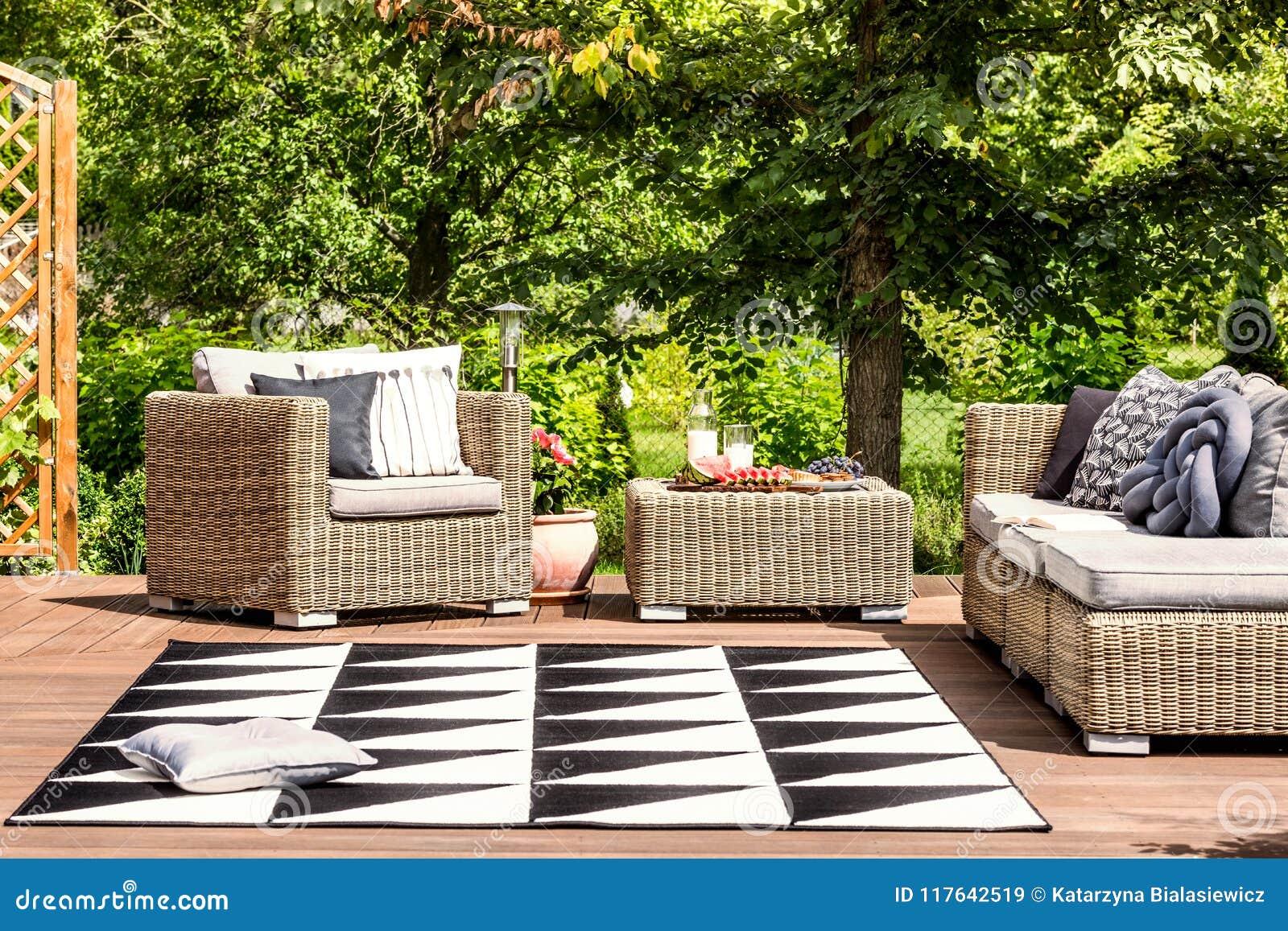 Ogrodowy meble i dywanik