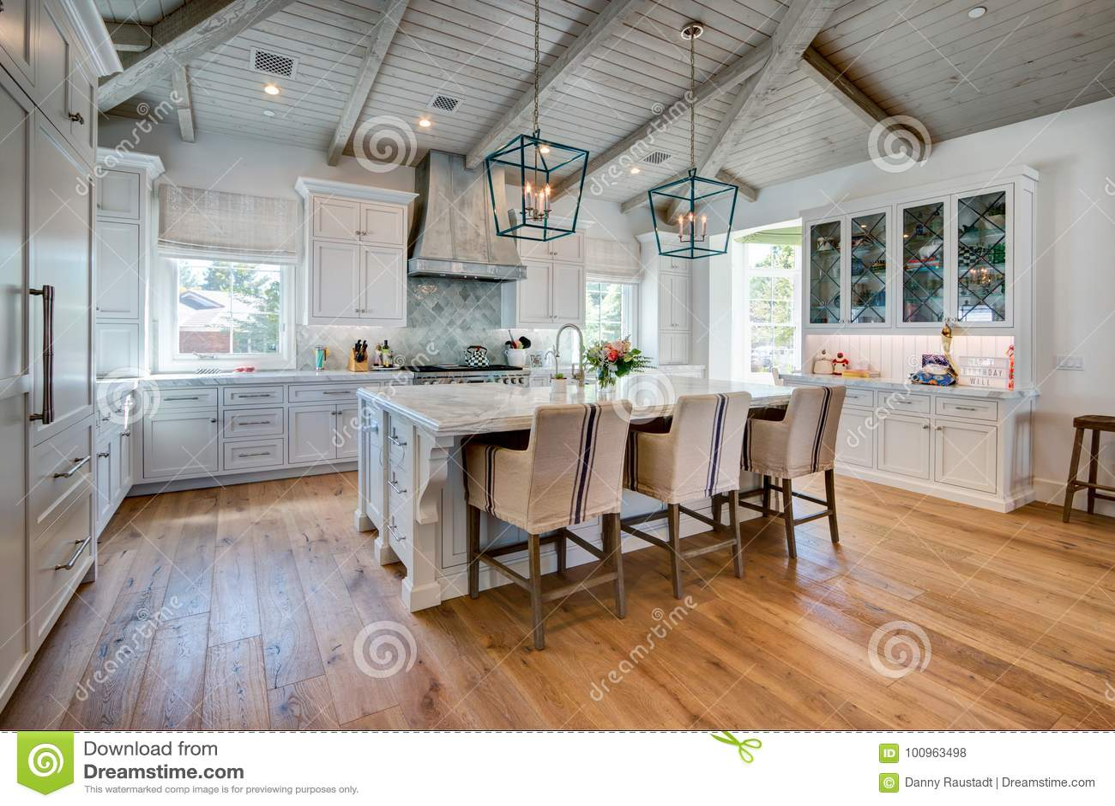 Ogromna jaskrawa nowożytna domowa kuchnia