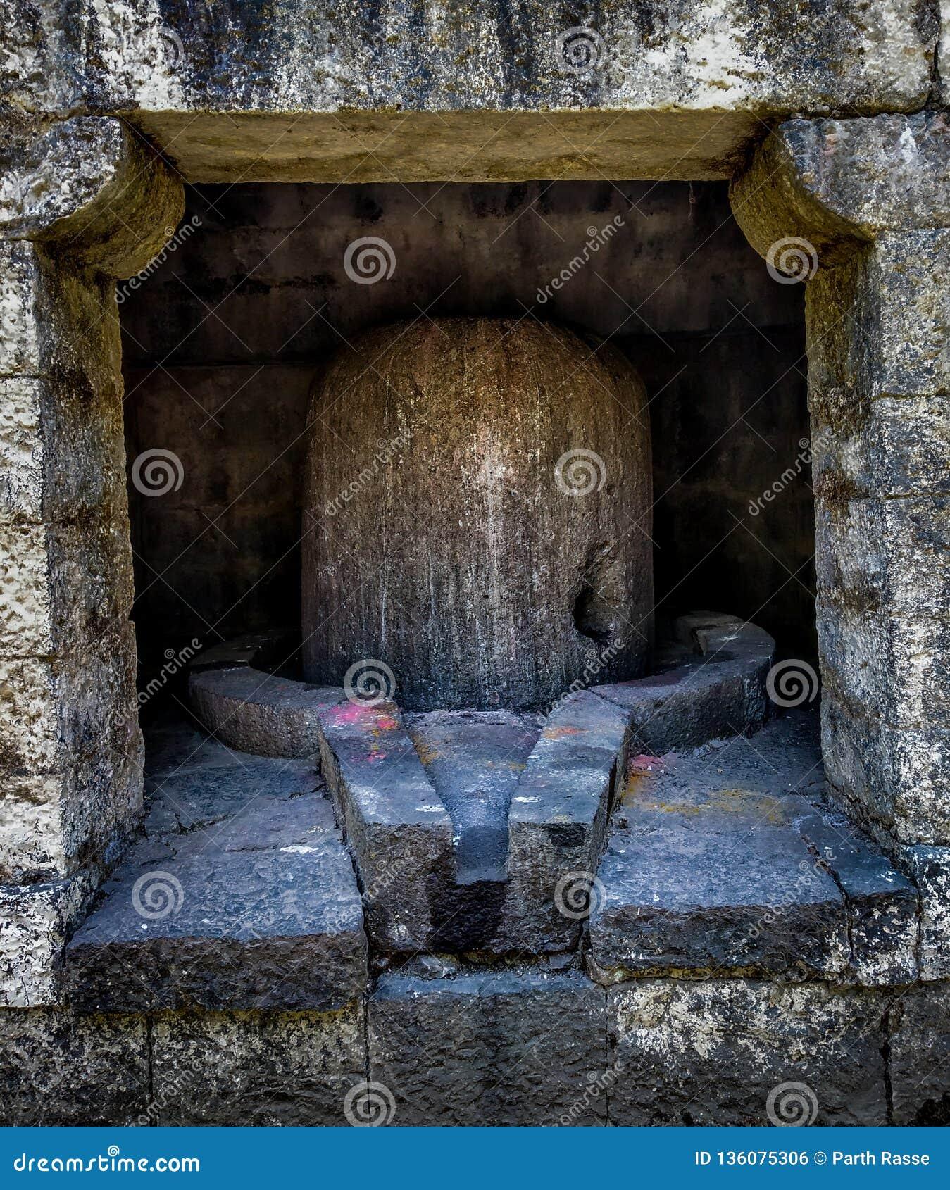 Ogromny antyczny kamień shivling w antycznej świątyni