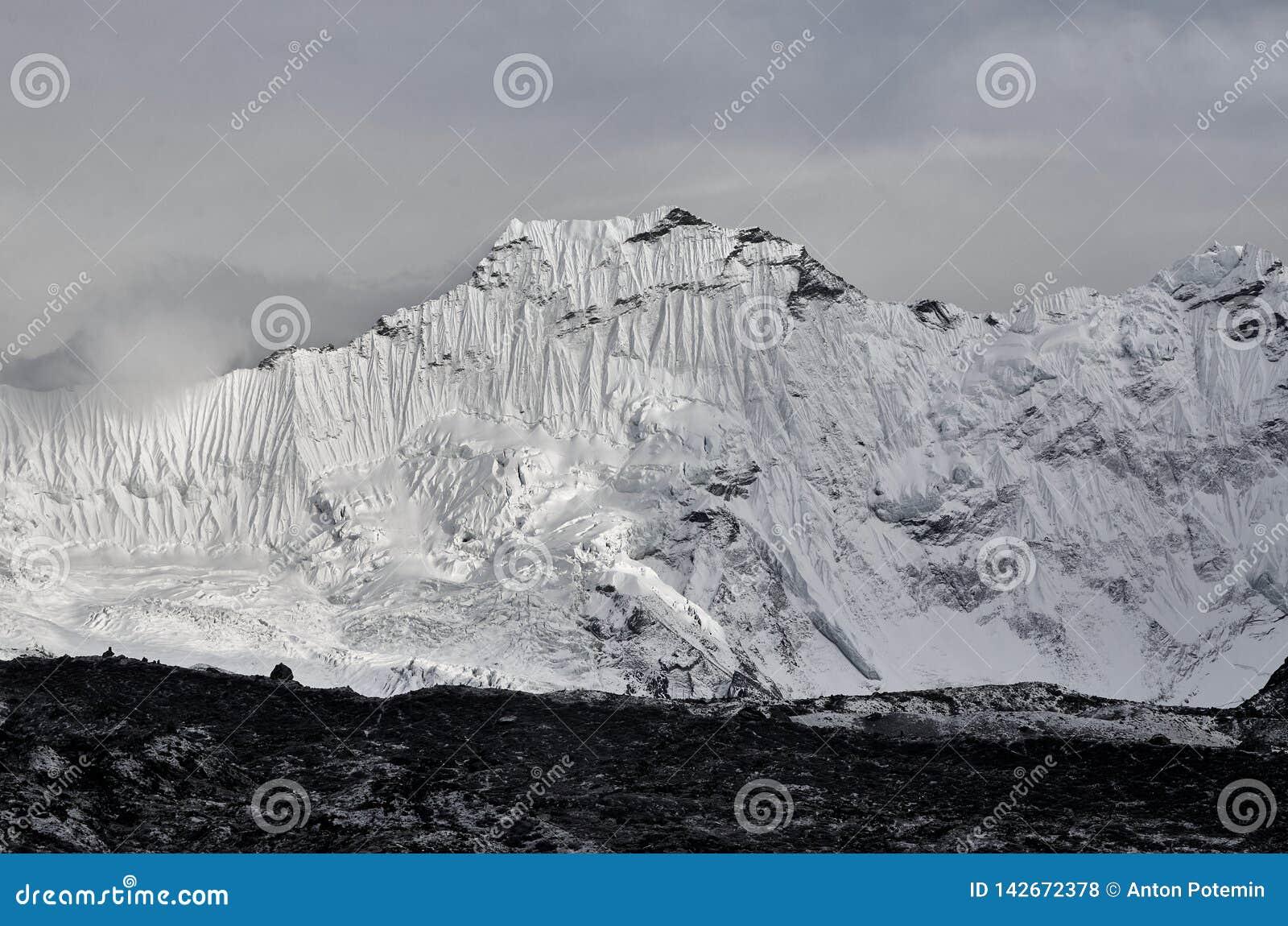 Ogromny Himalajski halny Baruntse z lodowowie w Nepal
