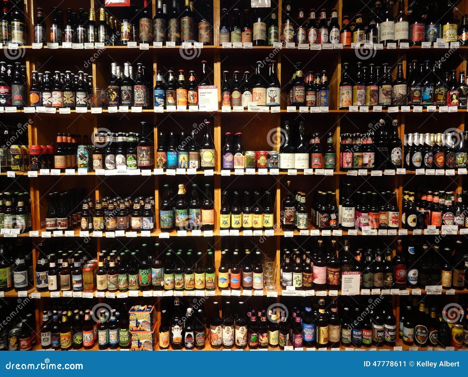 Ogromny wybór piwo na supermarket półkach