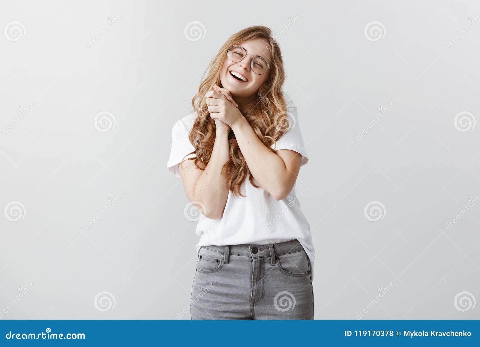 Oh, così dolce Ritratto della ragazza affascinante piacevole in vetri trasparenti, sorridendo largamente, serranti insieme le pal