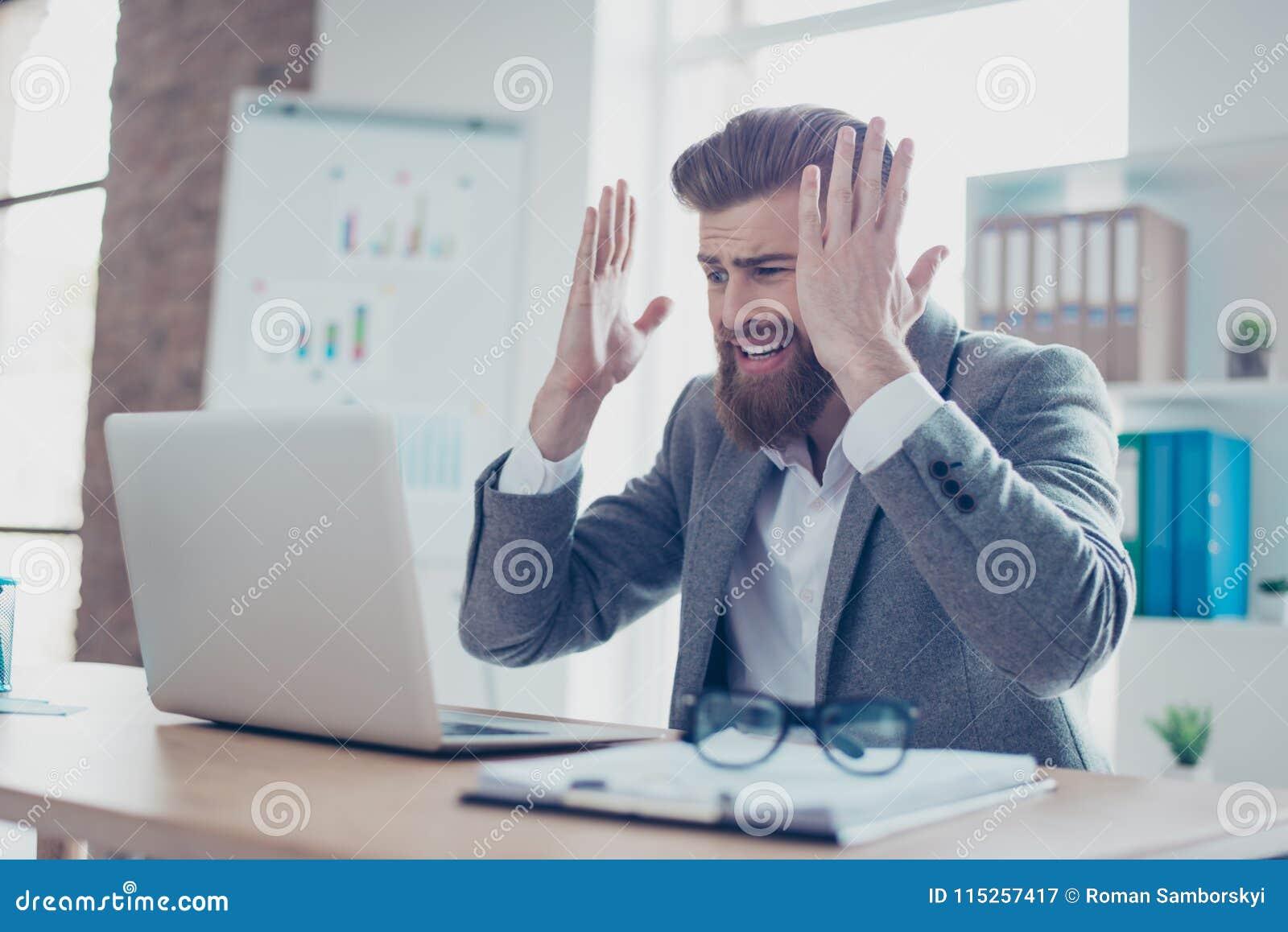 Oh não! Homem de negócios novo frustrante que grita devido a encontrar
