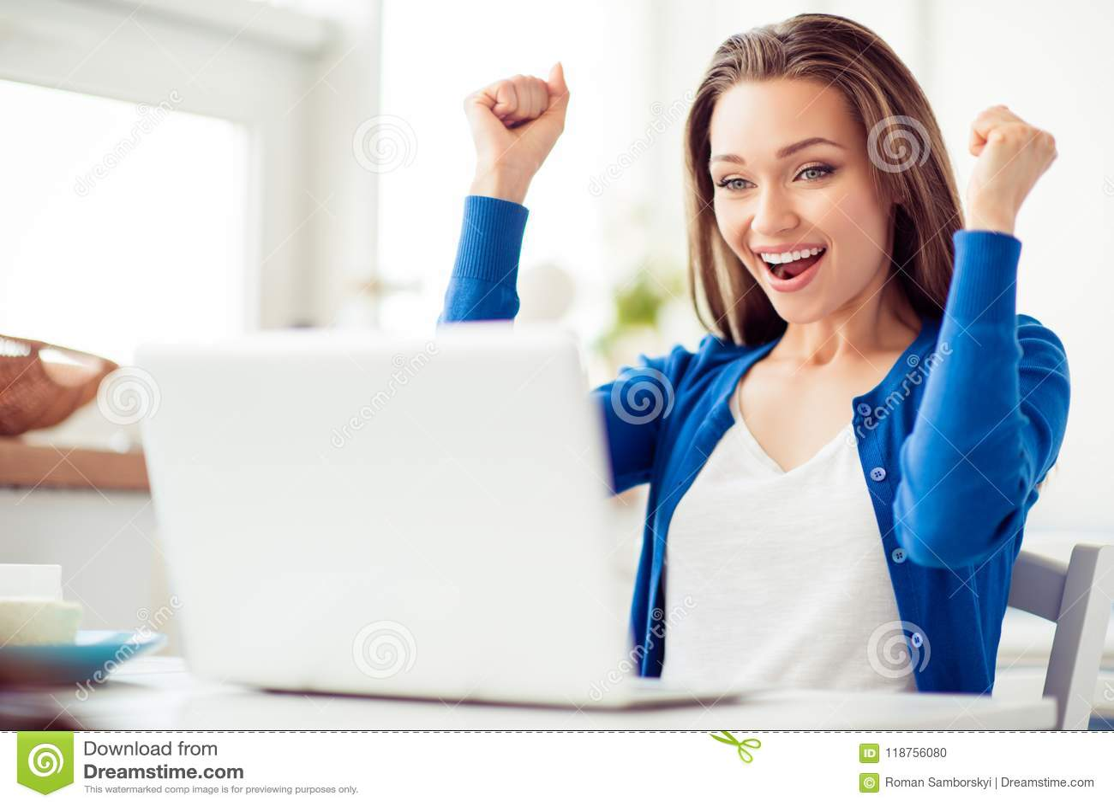 Oh yeah! A moça surpreendida feliz está comemorando É entusiasmado