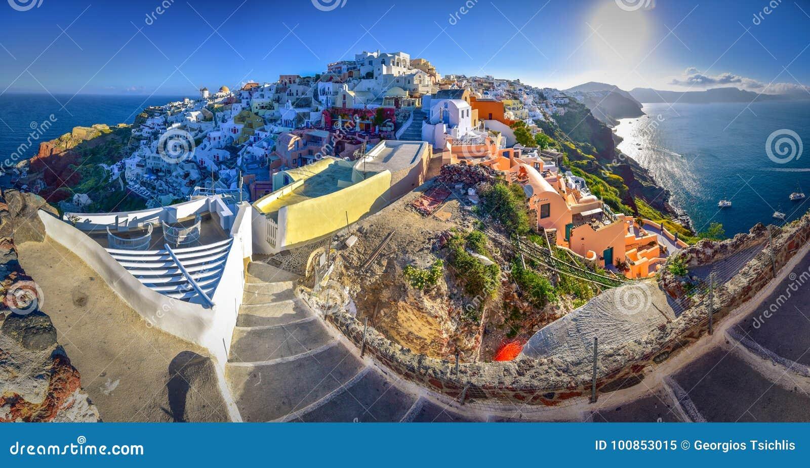 Oia miasteczko na Santorini wyspie, Grecja Tradycyjni i sławni domy i kościół z błękitnymi kopułami nad kalderą