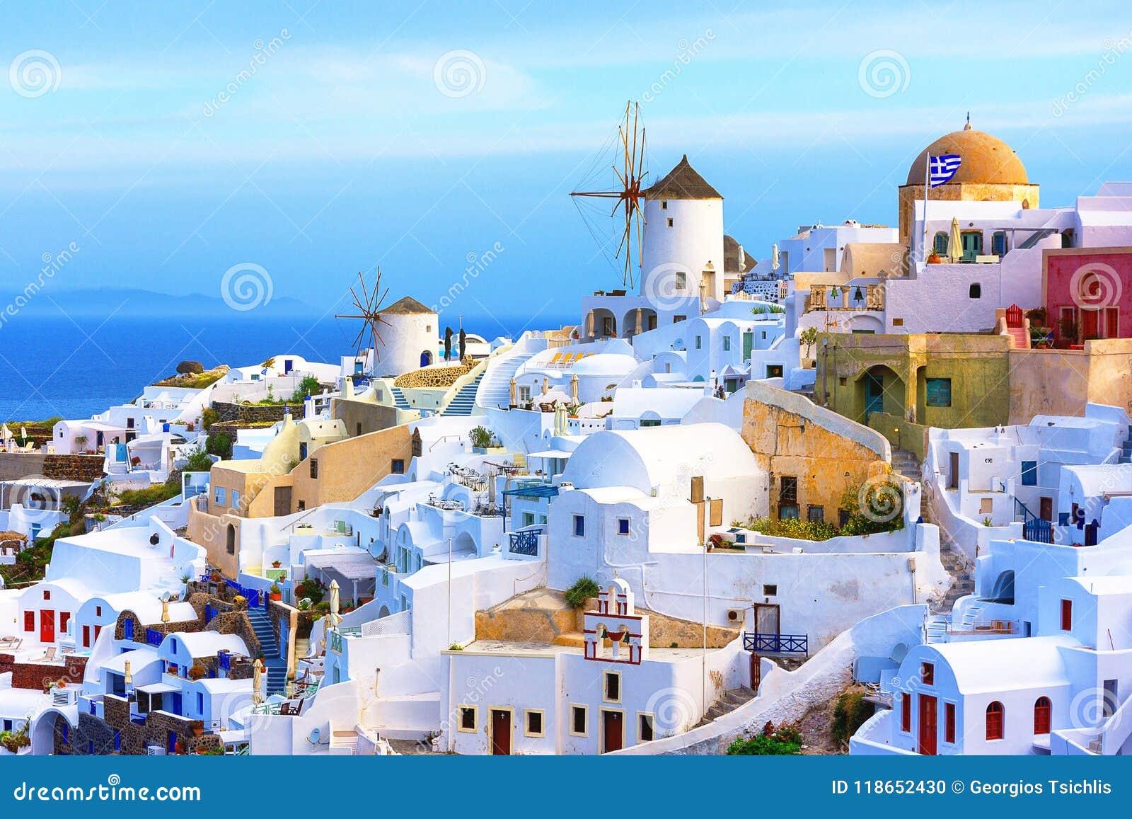 Oia stad op Santorini-eiland, Griekenland Traditionele en beroemde huizen en kerken met blauwe koepels over de Caldera