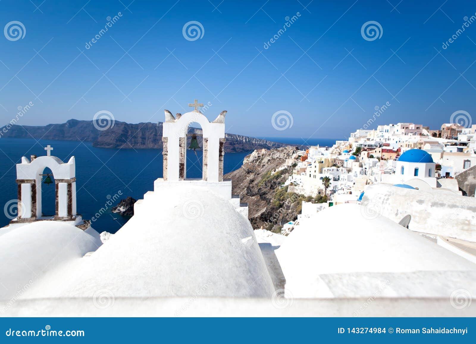 Oia stad op Santorini-eiland, Griekenland Traditionele en beroemde witte huizen en kerken met blauwe koepels over de Caldera