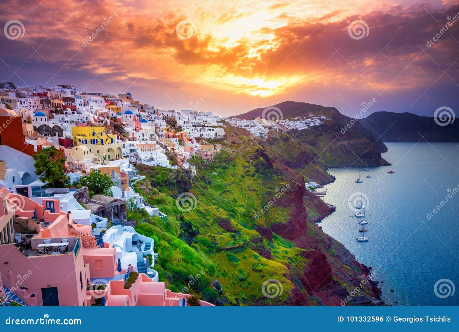 Oia stad på den Santorini ön, Grekland Traditionella och berömda hus och kyrkor med blåa kupoler över calderaen