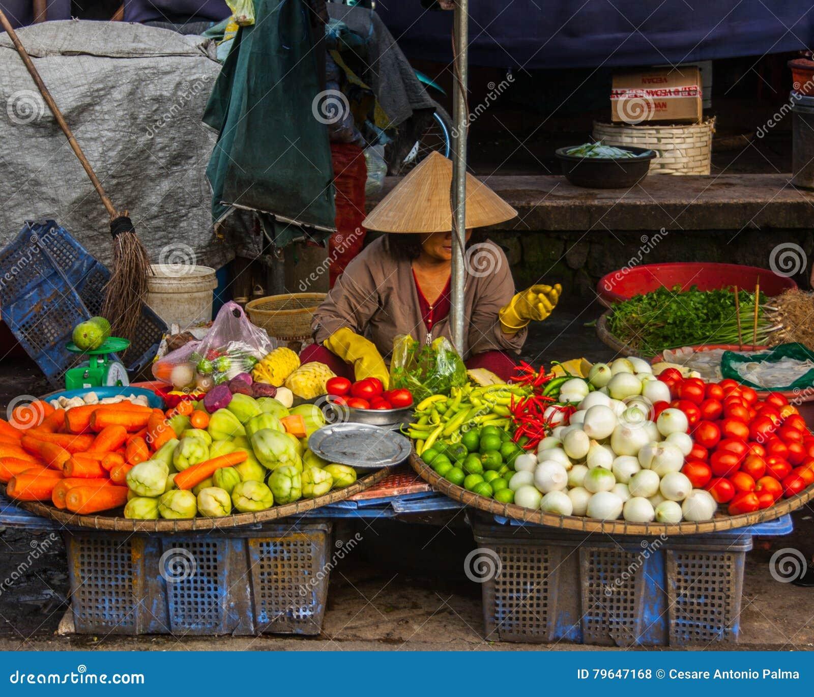 Oidentifierad kvinnasäljare på gatamarknaden