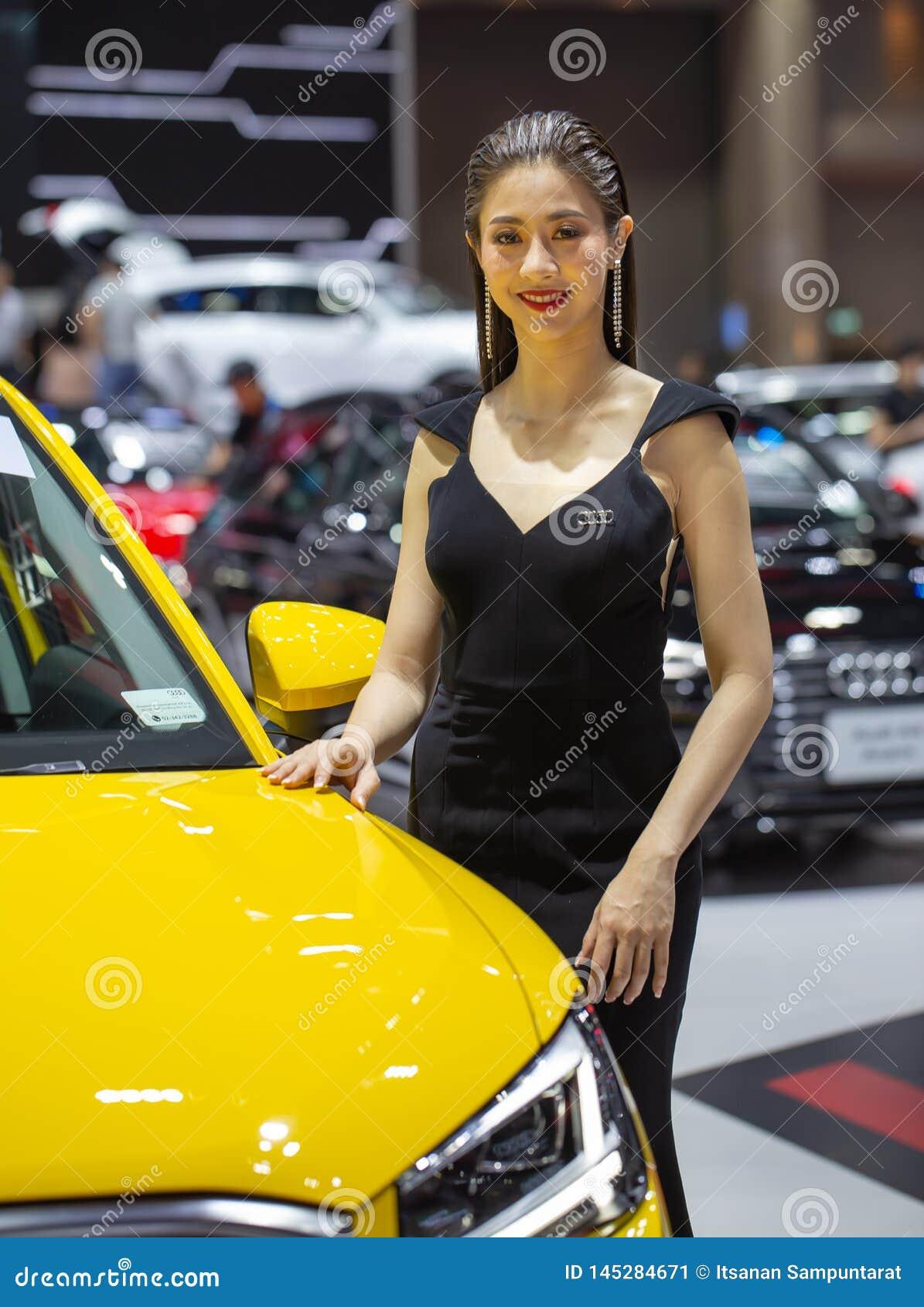 Oidentifierad kvinnlig presentatör på det Audi båset