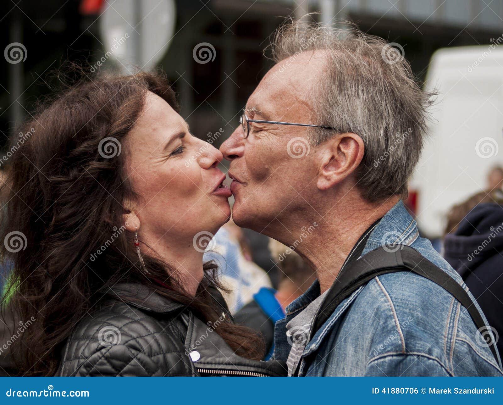 kyssar lesbo