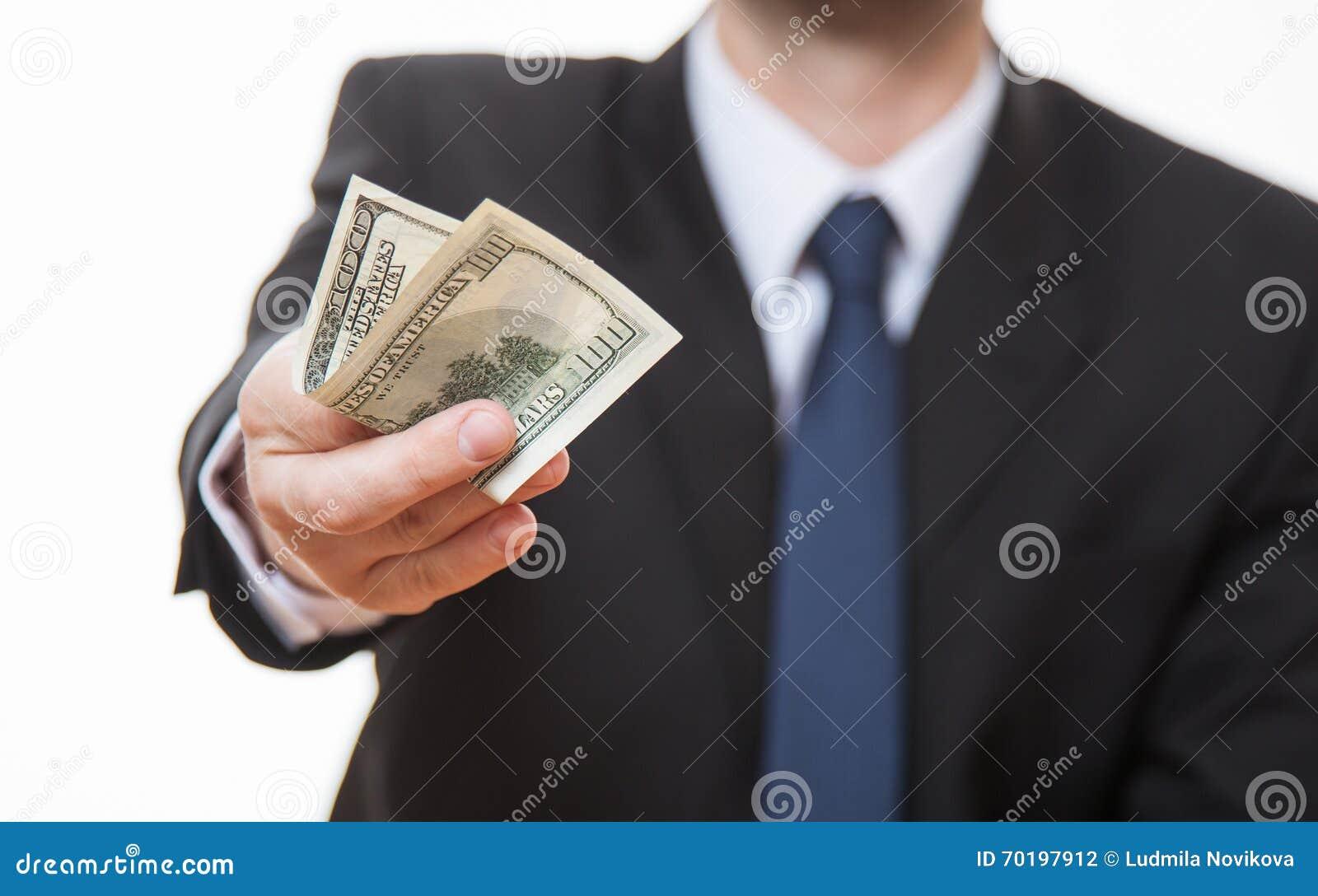 Oigenkännlig affärsman som ger hundra dollar