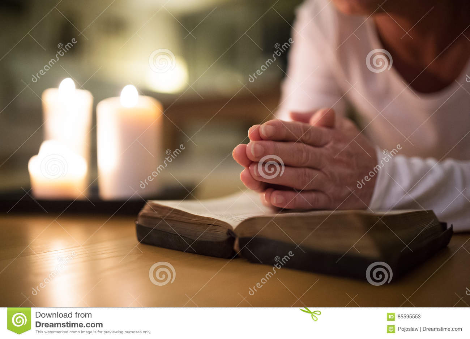 Oigenkännlig hög kvinna som ber, händer som tillsammans knäppas fast på H
