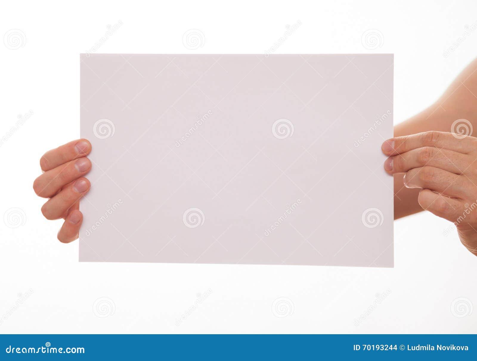 Oigenkännlig man som rymmer ett tomt ark av papper