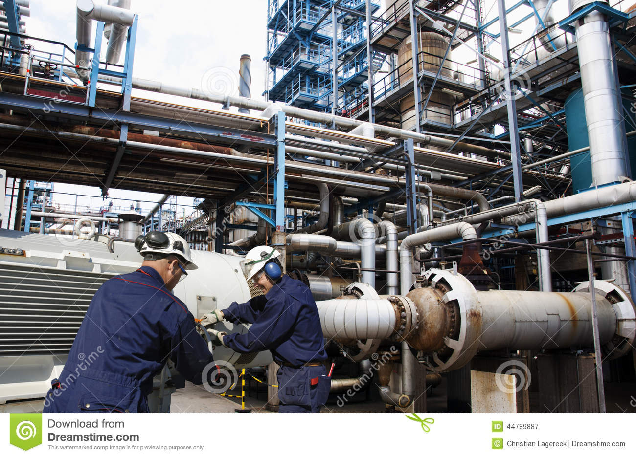 Oil and gas workers inside large refinery industry stock for Industrie mobel