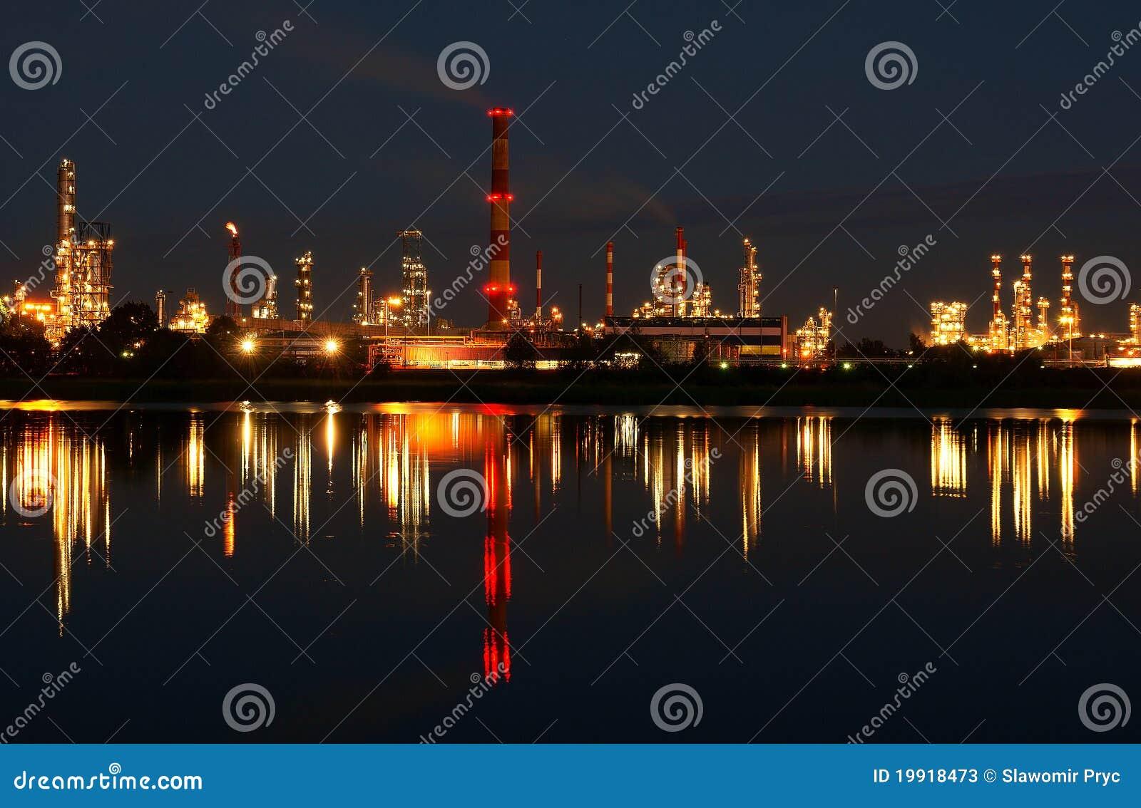 oil-refinery-19918473.jpg