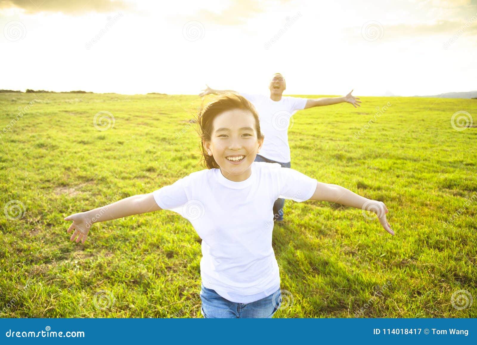 Ojca i dziecka bieg na łące