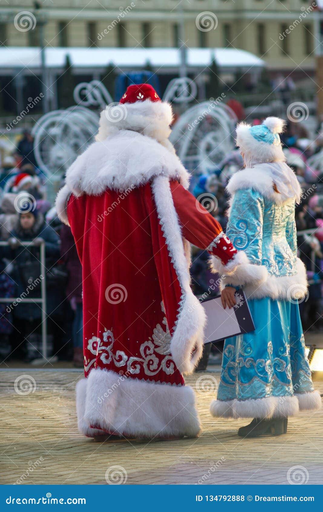 Ojca mróz i Śnieżna dziewczyna gratulujemy ludzi wesoło bożych narodzeń