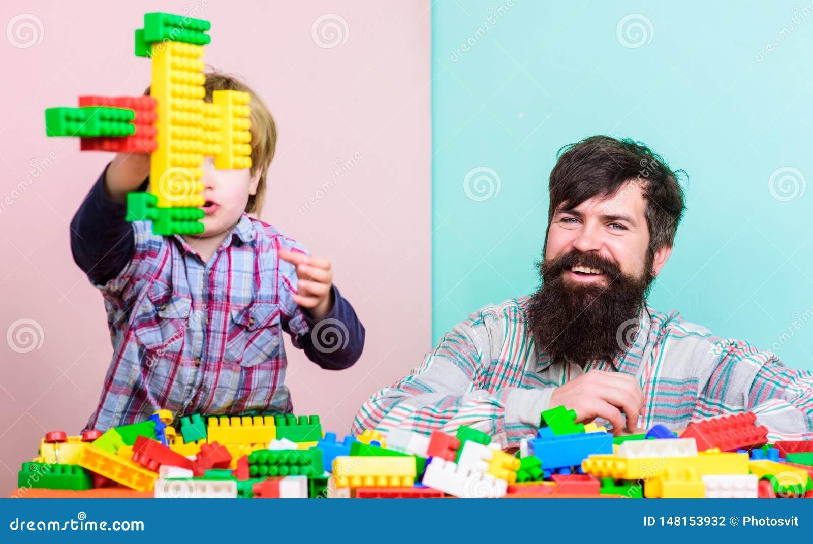 Ojca syn tworzy budowy Ojca i chłopiec sztuka wpólnie Taty i dzieciaka budowy klingerytu bloki Ojca lidera seans