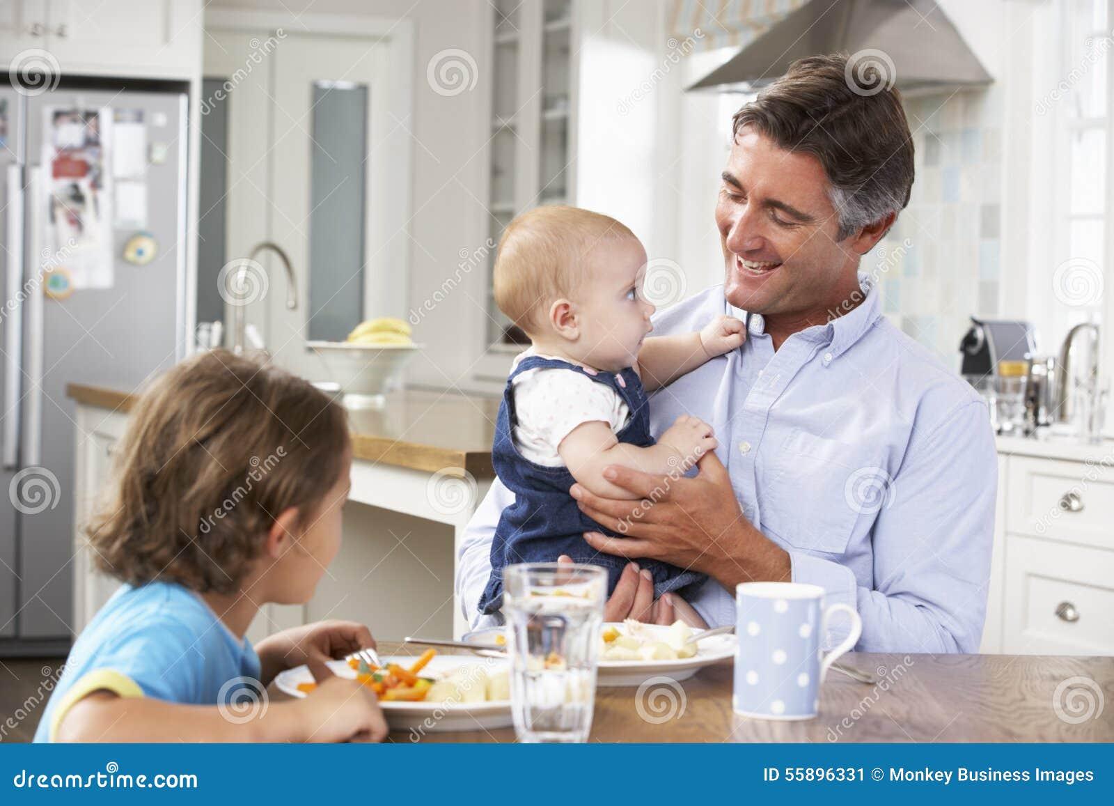 Ojca, syna I dziecka córka Ma posiłek W kuchni, Wpólnie