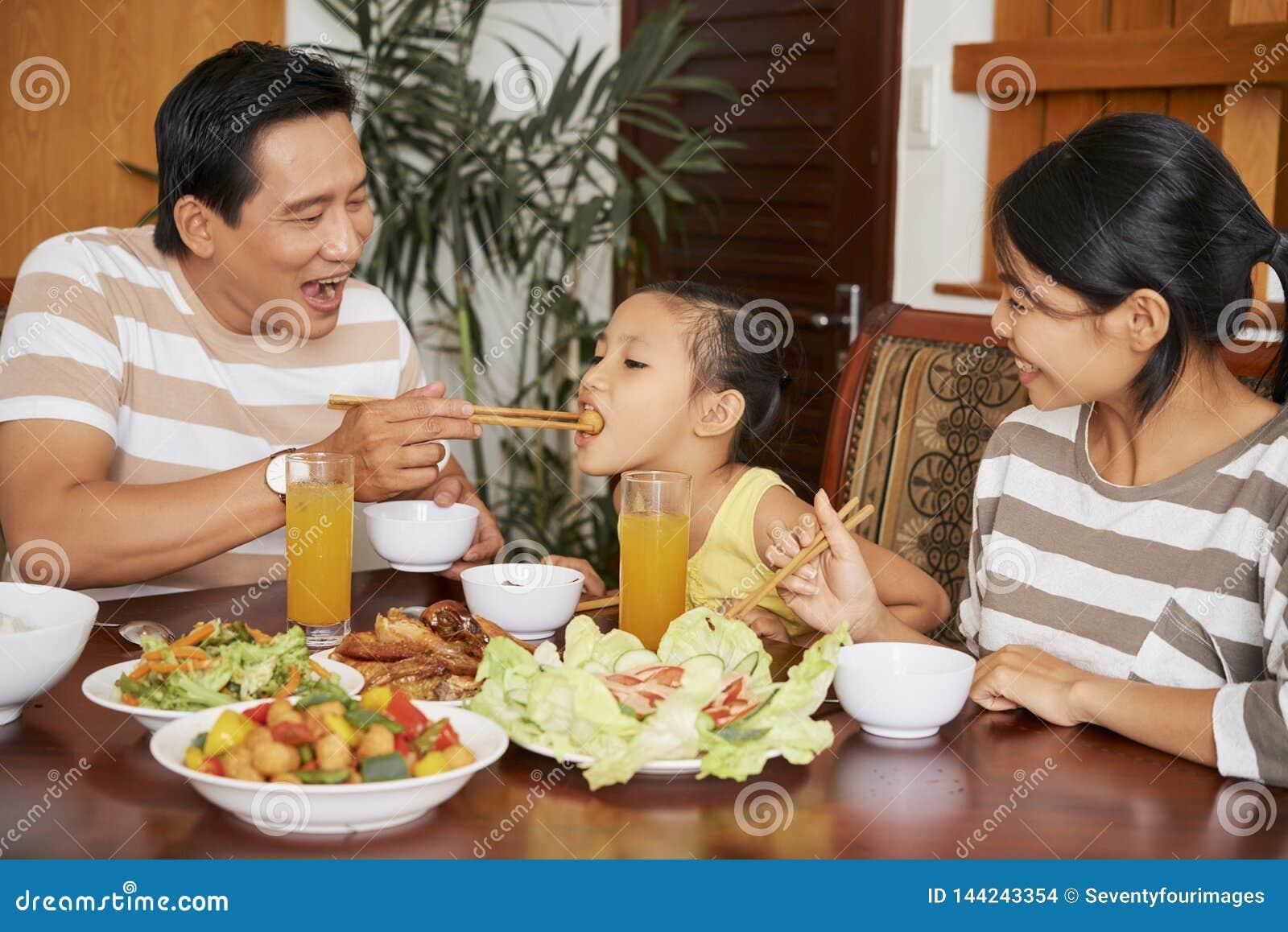 Ojciec żywieniowa córka przy gościem restauracji