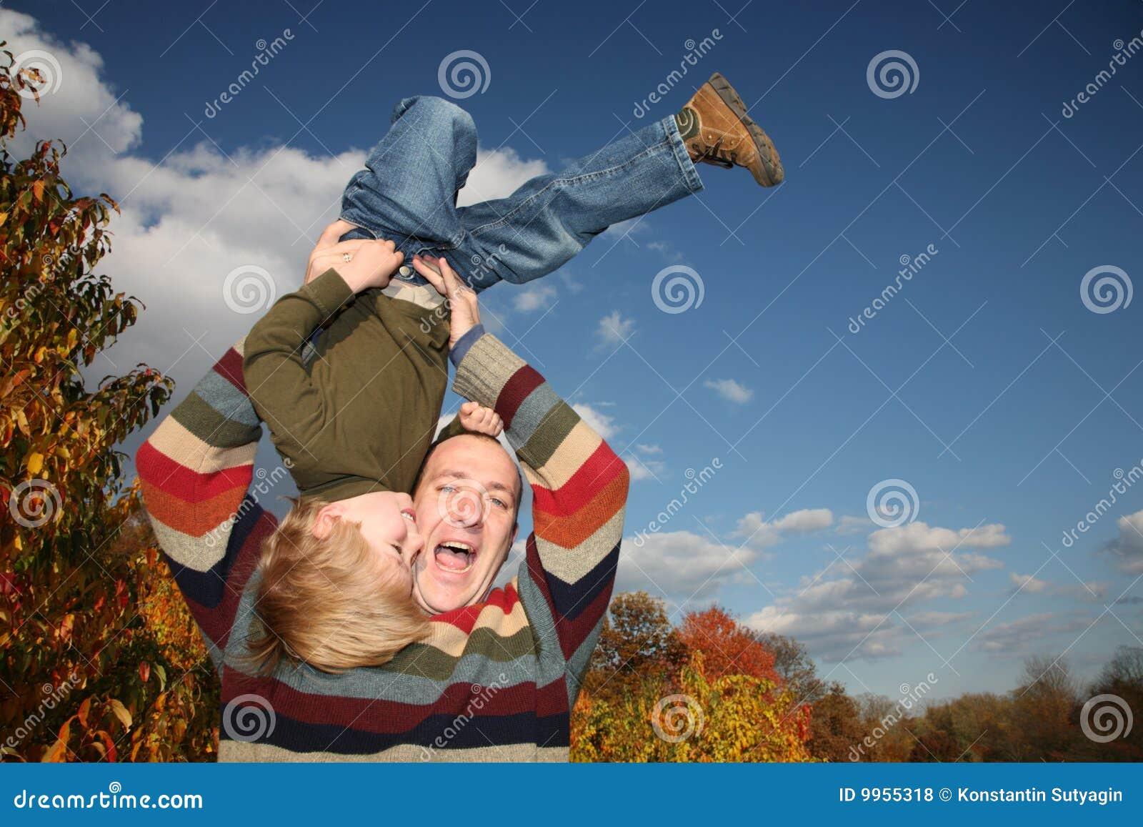 Ojciec bawić się syna