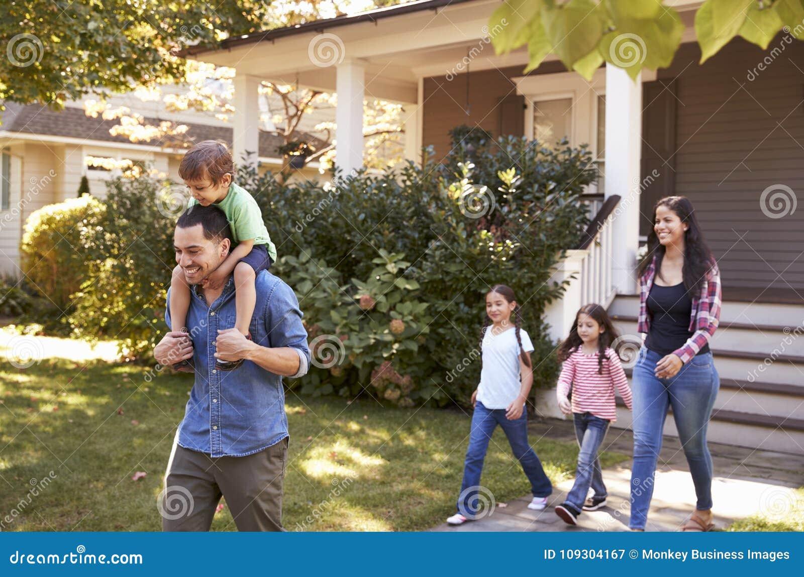 Ojciec Daje syn przejażdżce Na ramionach Jako Rodzinnego urlopu dom