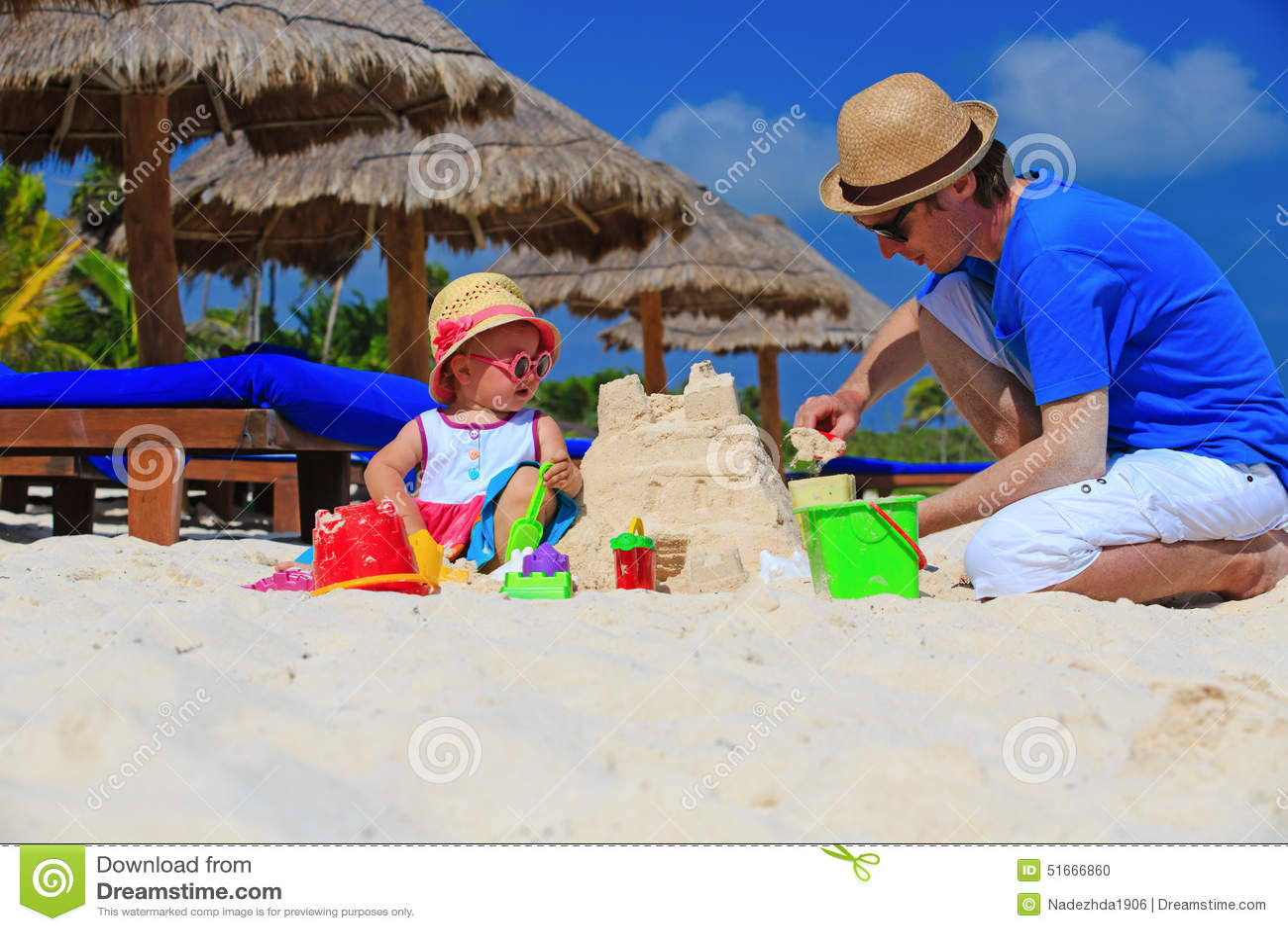 Ojciec dalej i mały córka budynku sandcastle