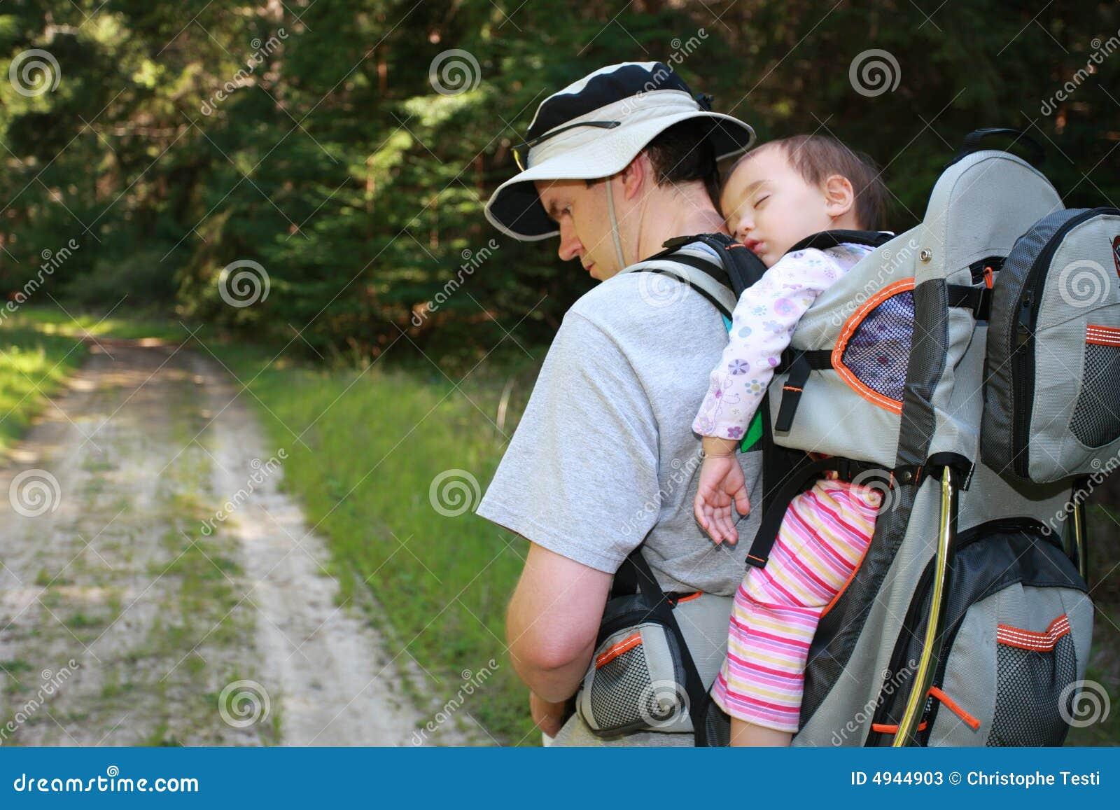 Ojciec dziewczyny wędrówki dziecko