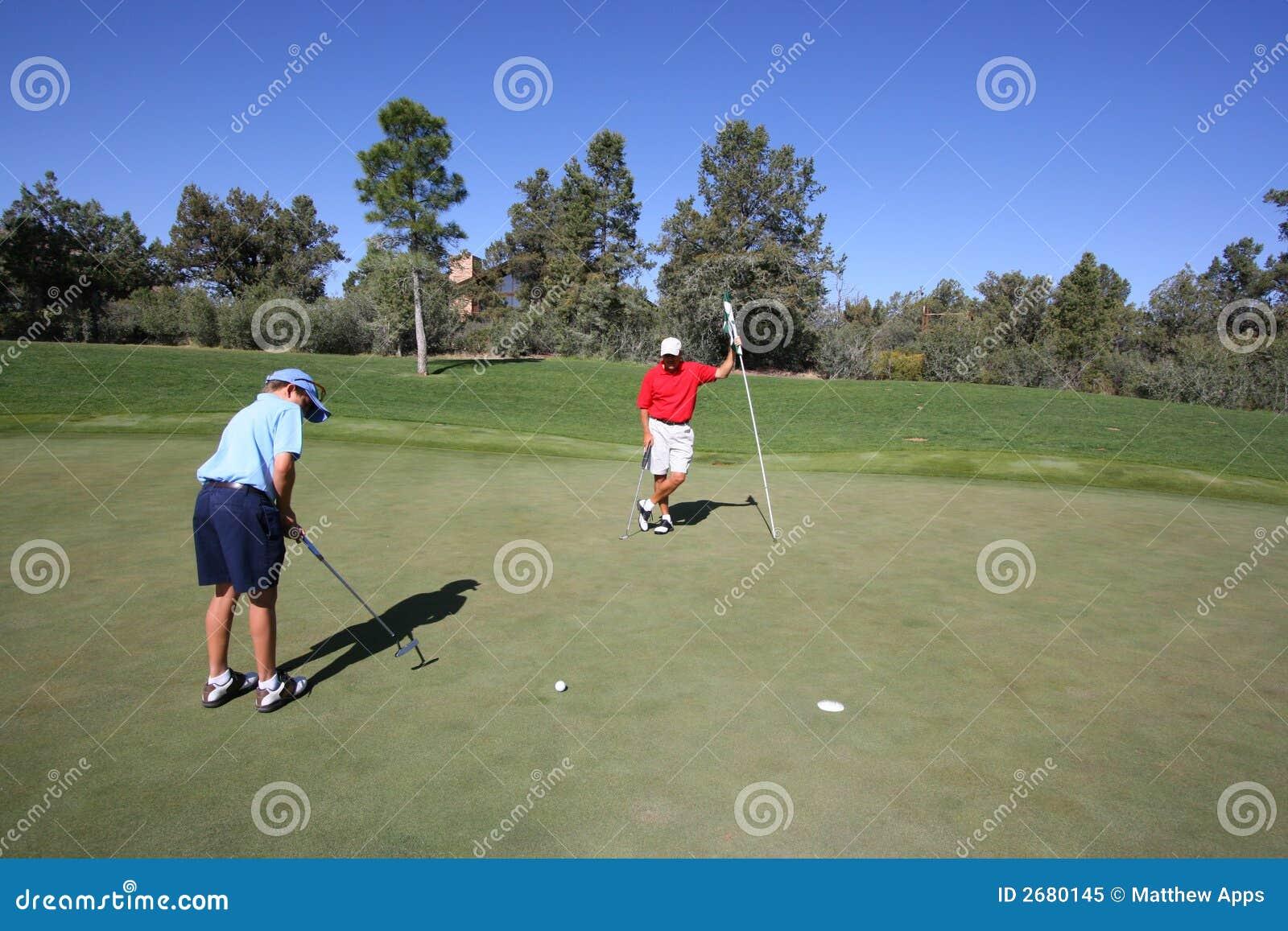 Ojciec gra w golfa syna