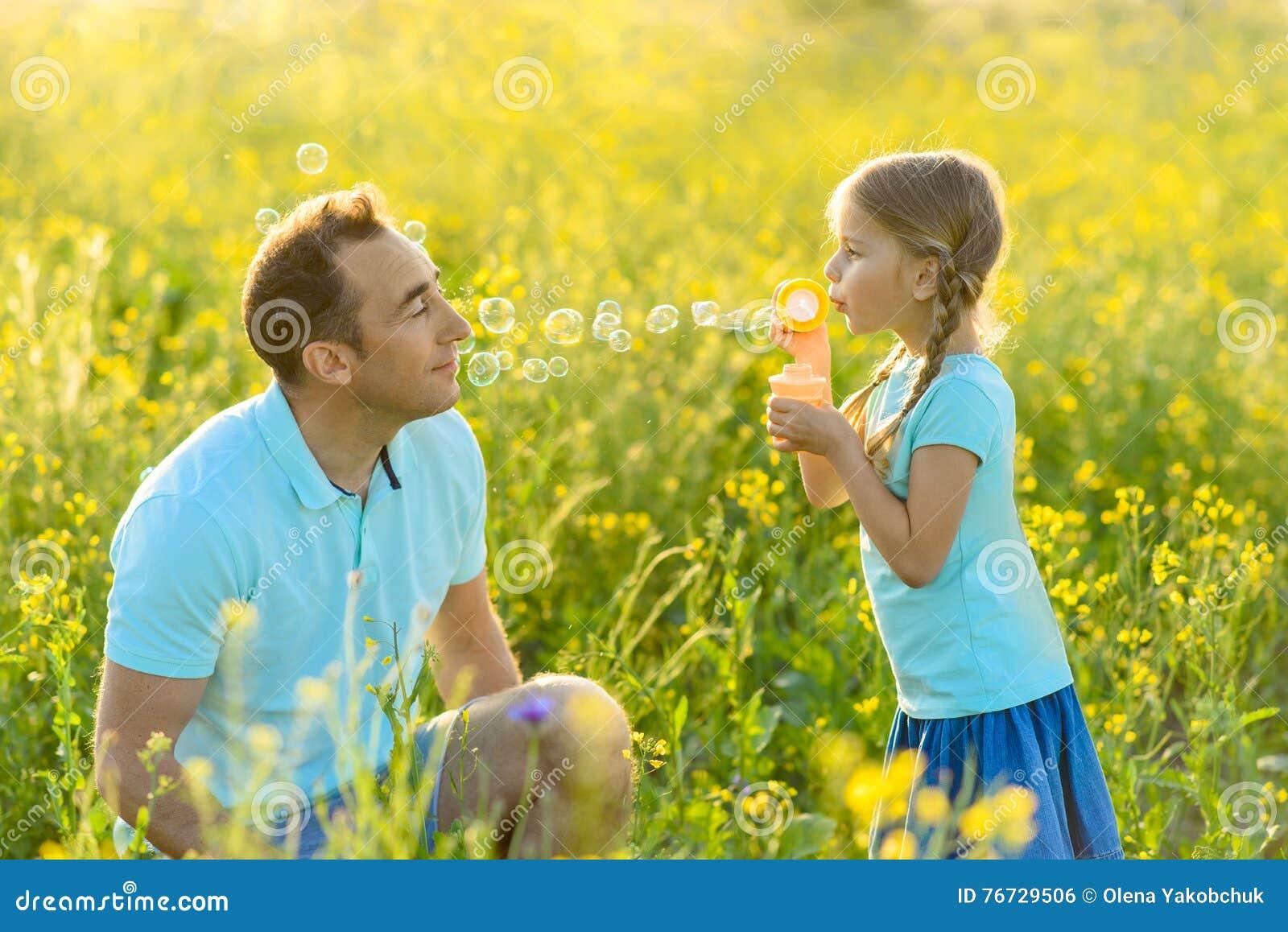 Ojciec i córka wydaje czas wpólnie outdoors