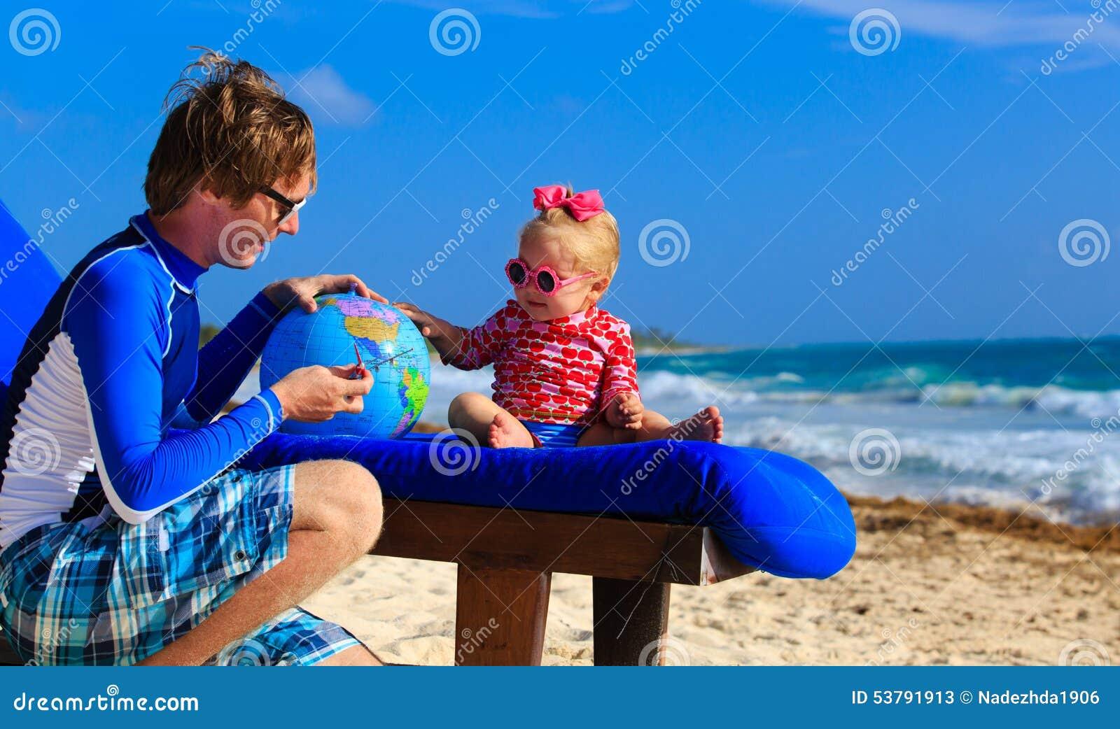Ojciec i mała córka bawić się z kulą ziemską dalej