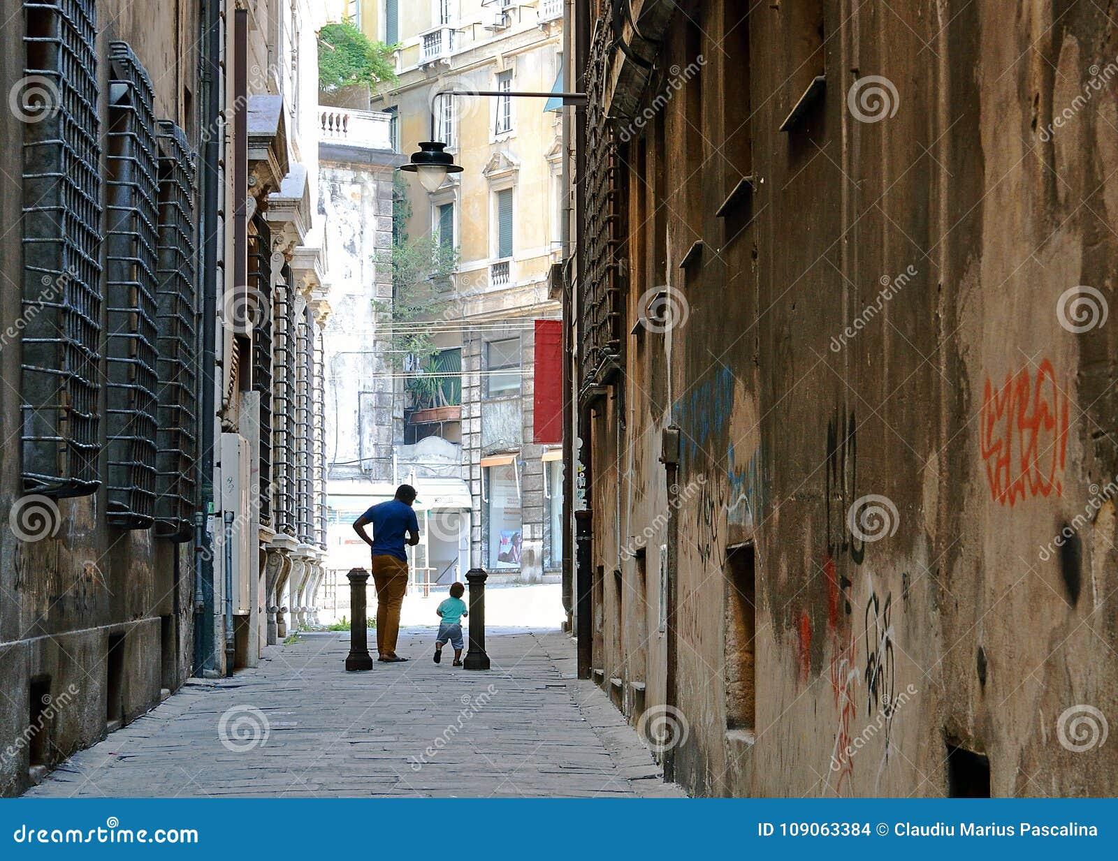 Ojciec i syn tanczy miasto ulicę