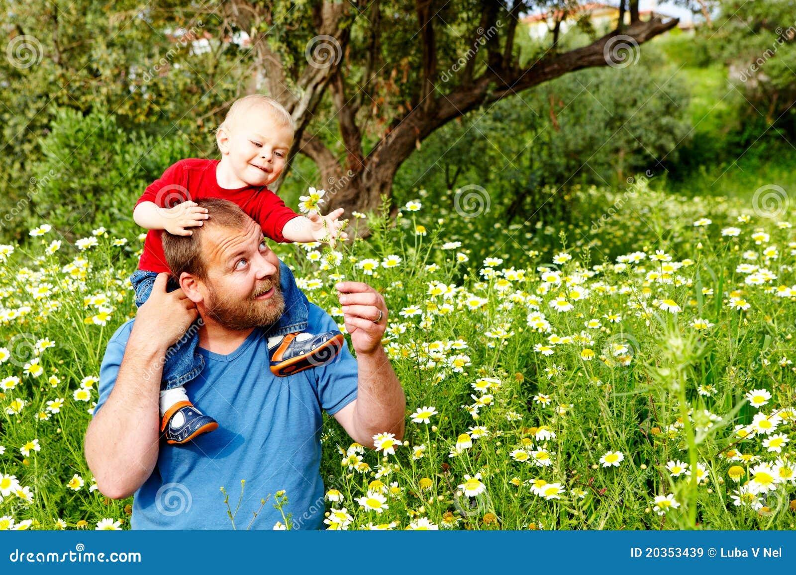 Ojciec i syn w kwiatach
