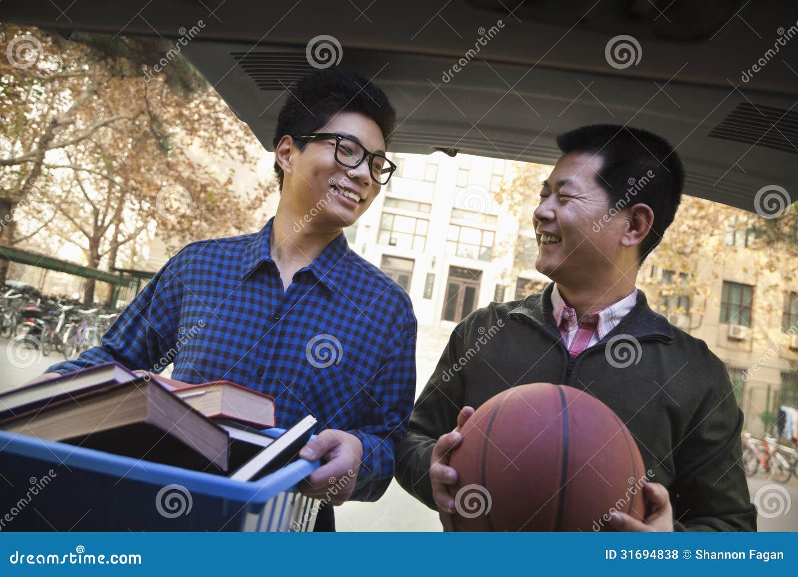 Ojciec i syn w plecy samochód przed dormitorium